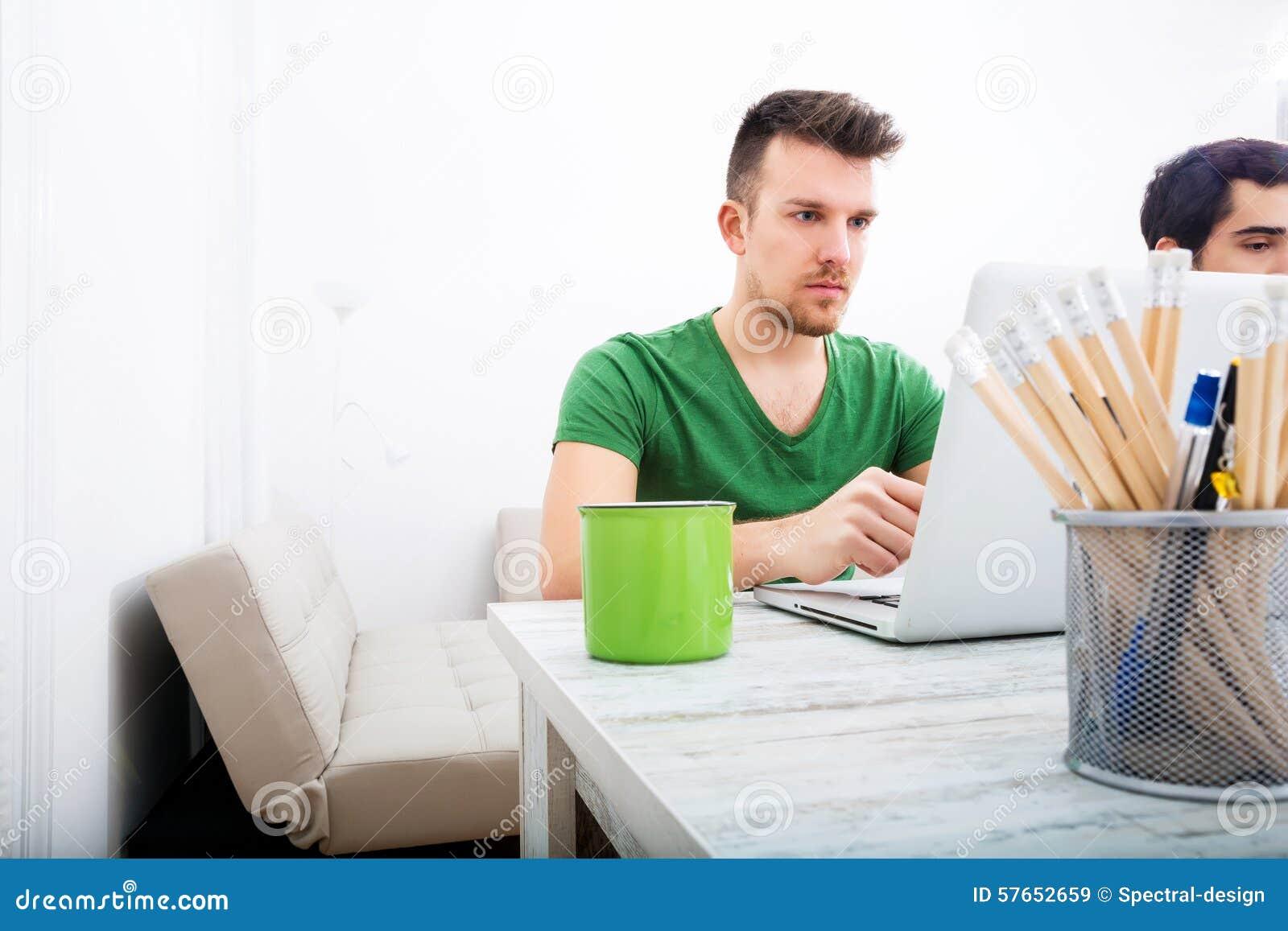Młody człowiek pracuje w biurze