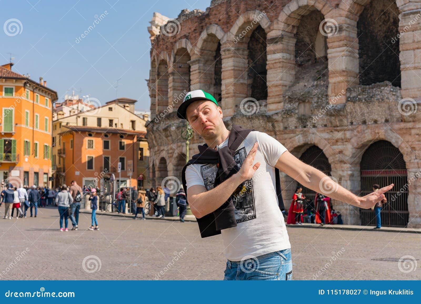 Młody człowiek rekonesansowy romantyczny Verona