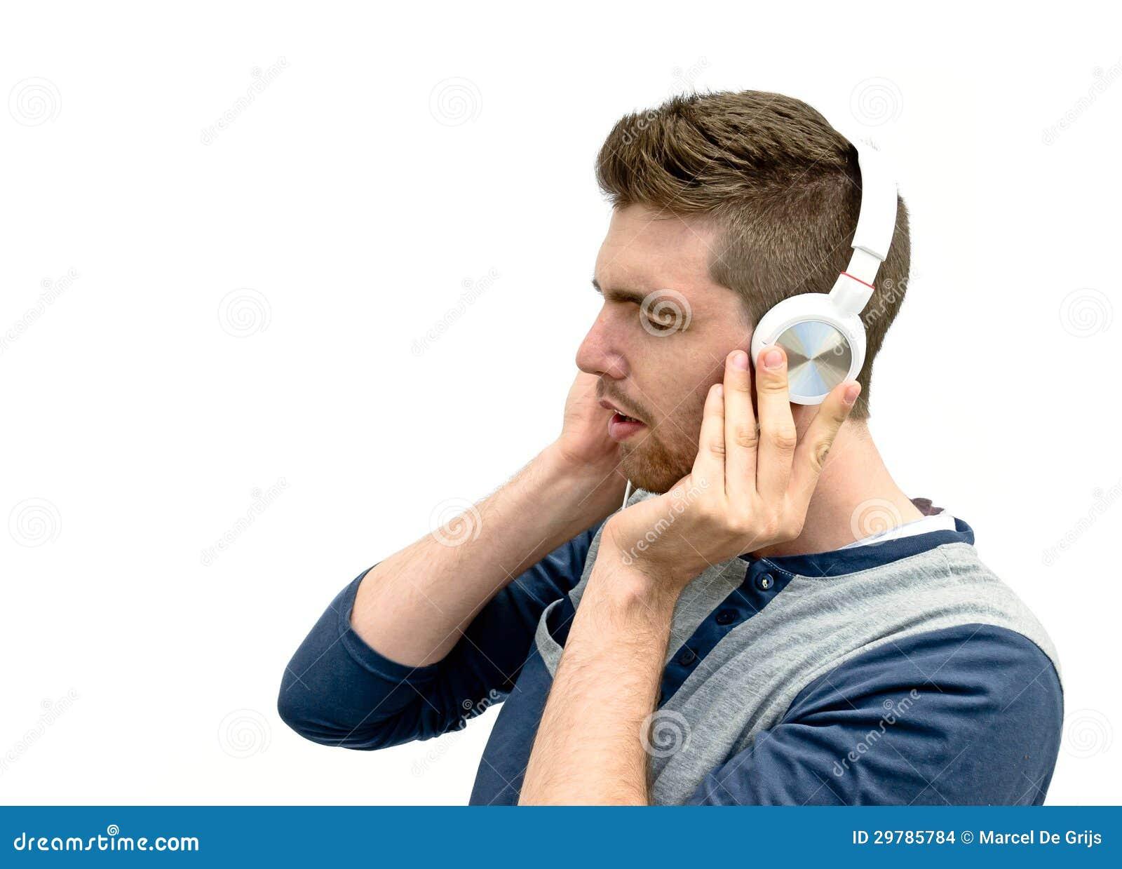 Młody człowiek słuchająca muzyka