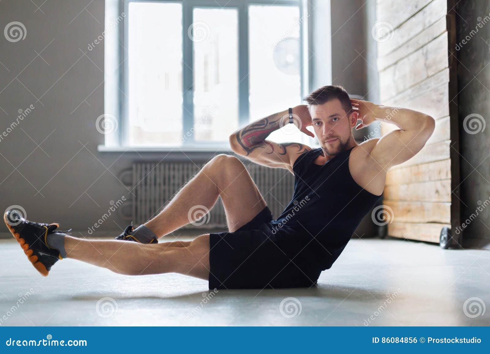 Młody człowiek sprawności fizycznej trening, przecinający chrupnięcia dla abs