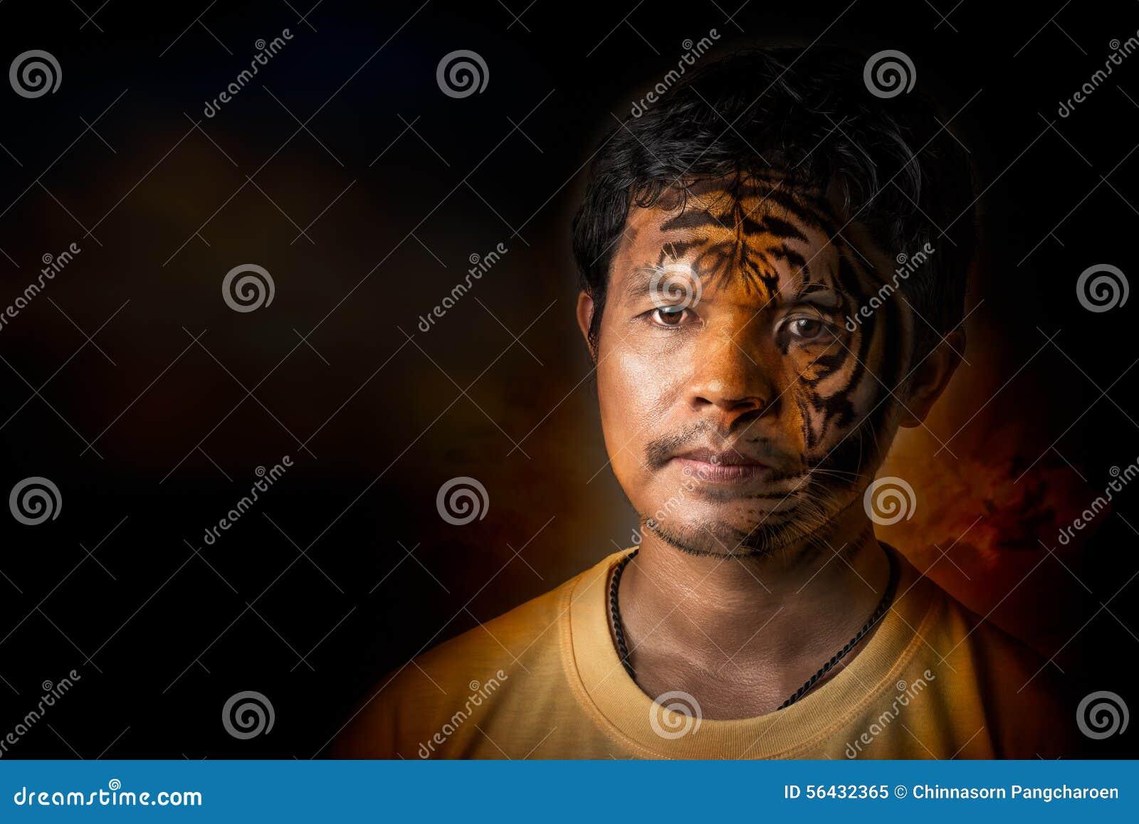 Młody człowiek transformata tygrys