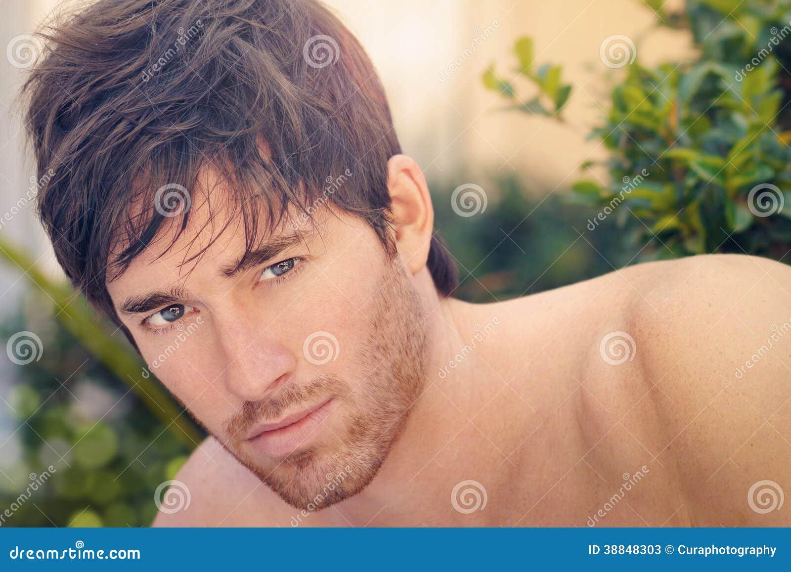 Młody człowiek twarz w naturze