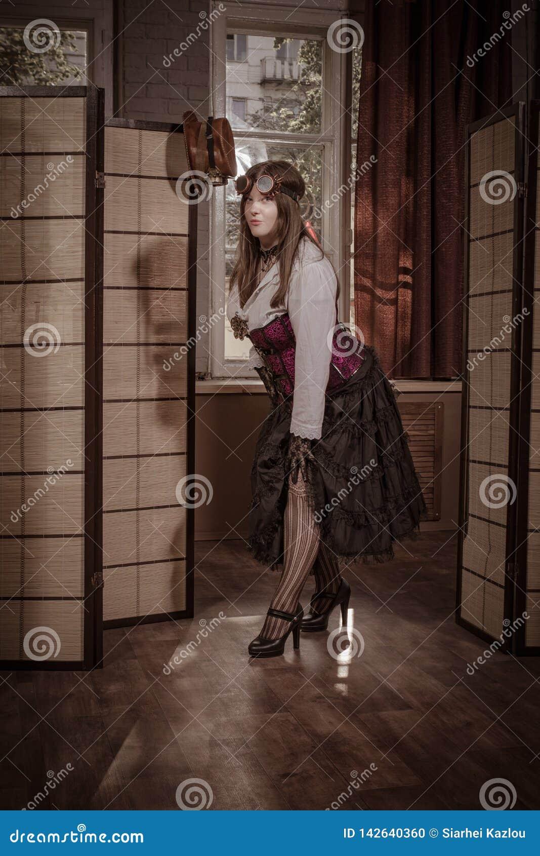 Młody człowiek ubierający w odziewa w stylu steampunk