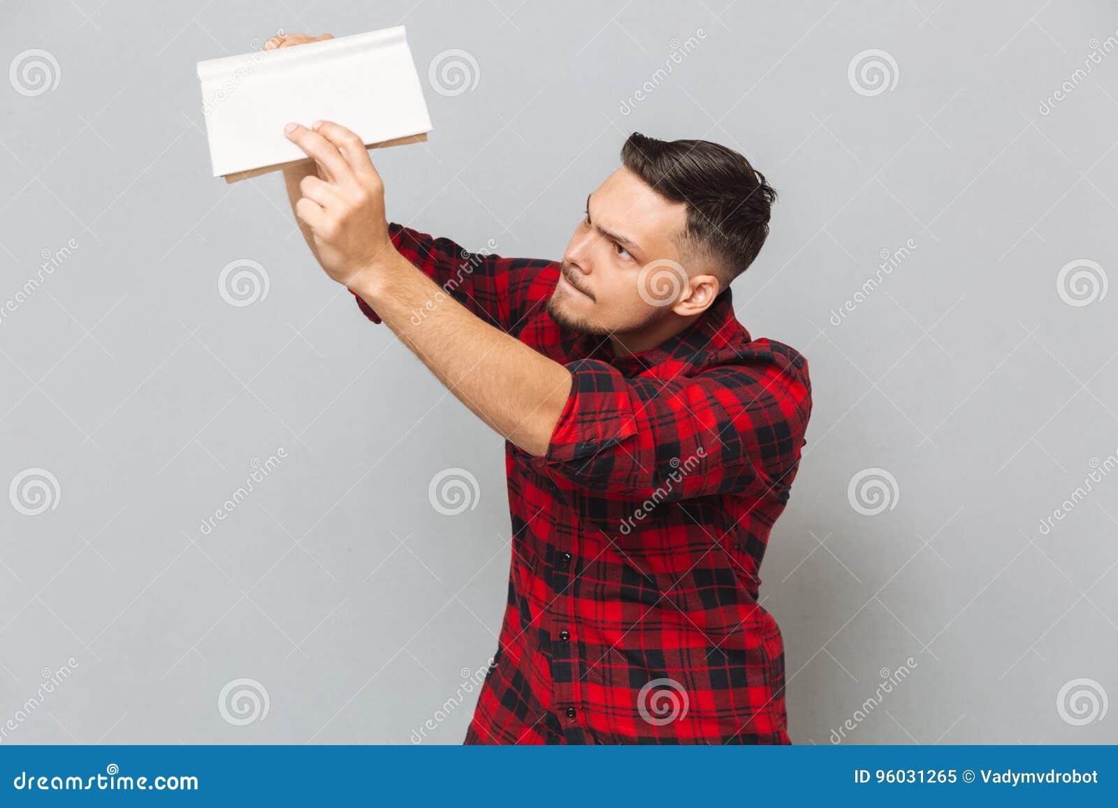 Młody człowiek w koszula z książką