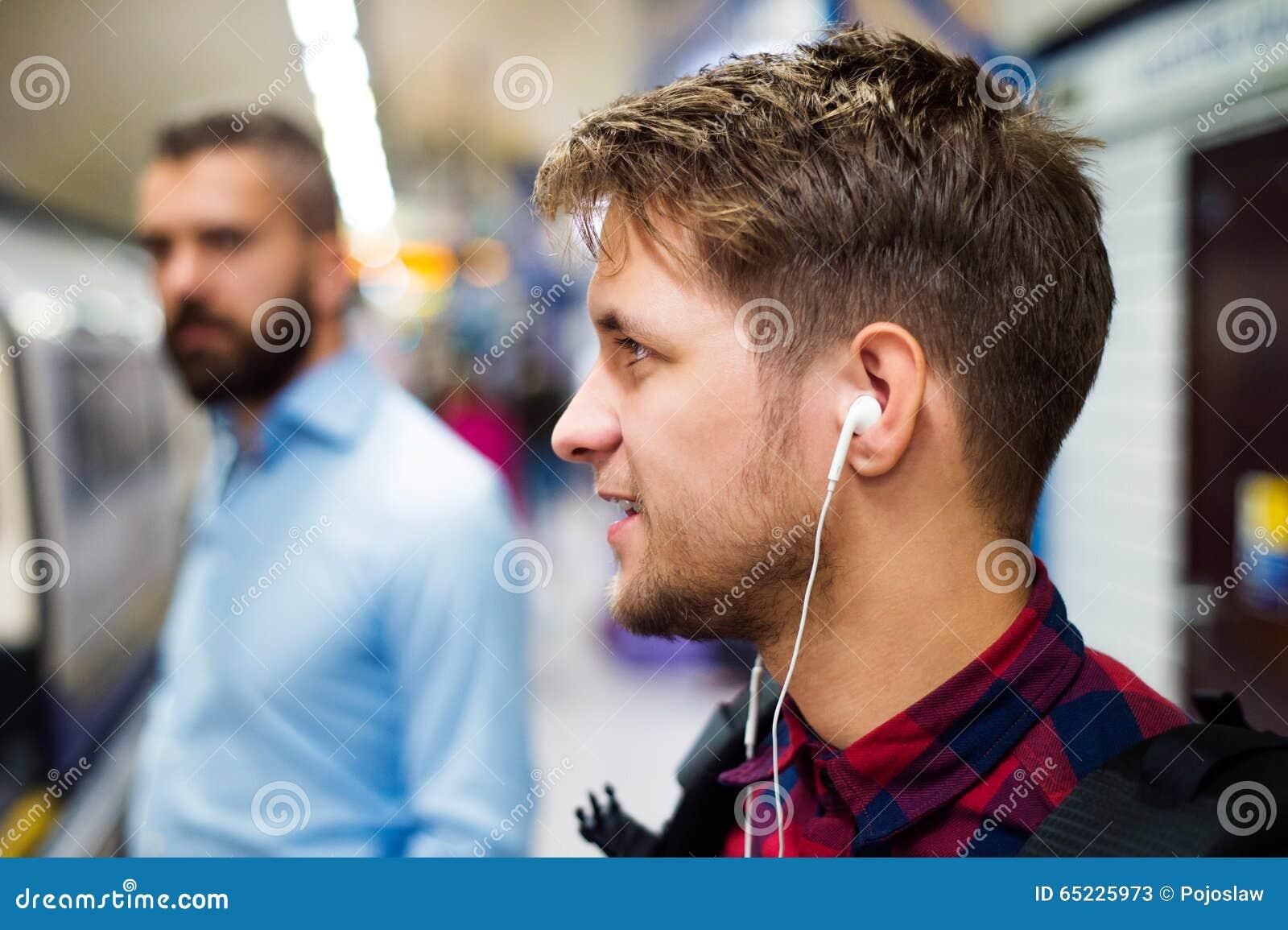 Młody człowiek w metrze