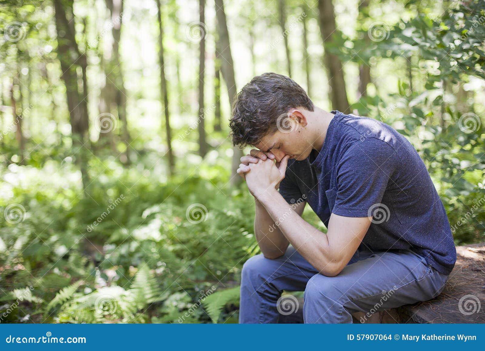 Młody człowiek w modlitwie