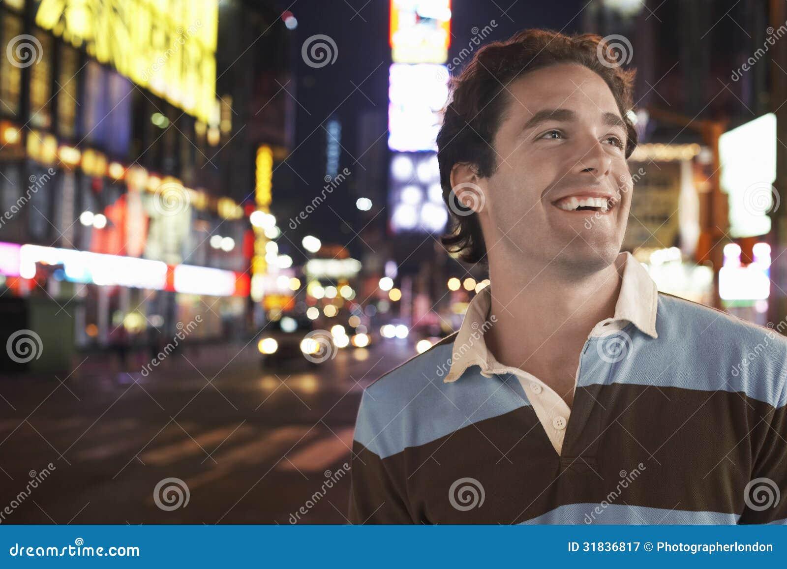 Młody Człowiek W times square Nowy Jork Przy nocą
