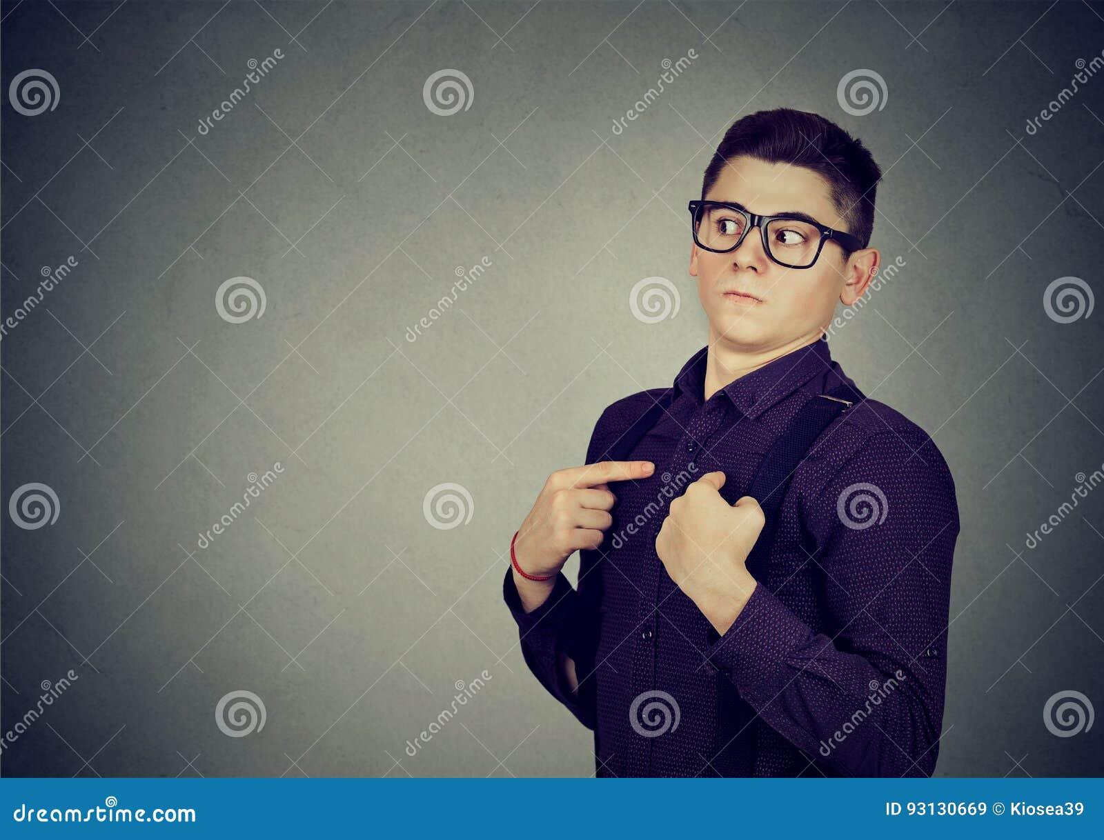 Młody człowiek wskazuje palce przy on zaprzecza odpowiedzialność