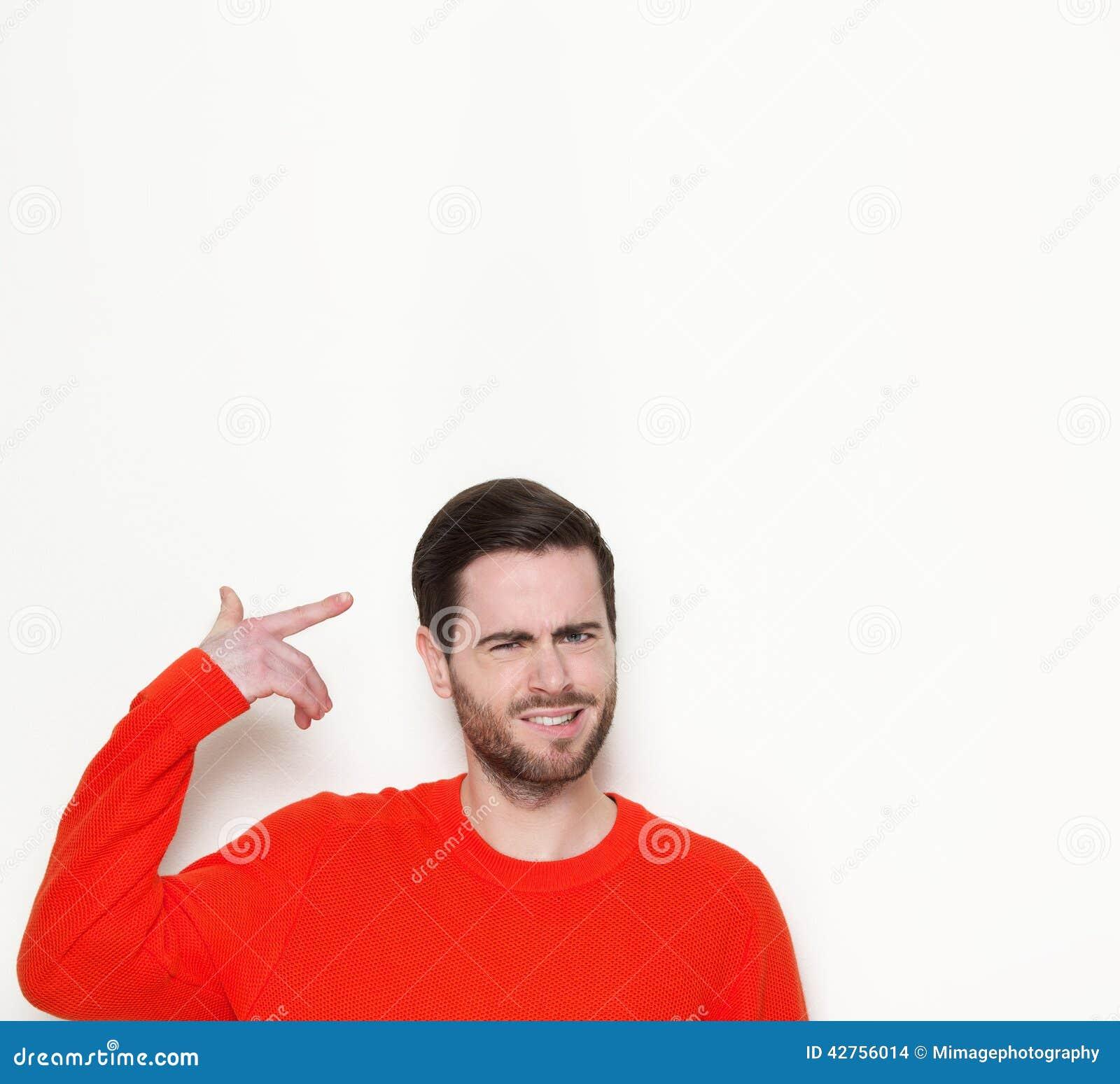 Młody człowiek wskazuje palec przewodzić