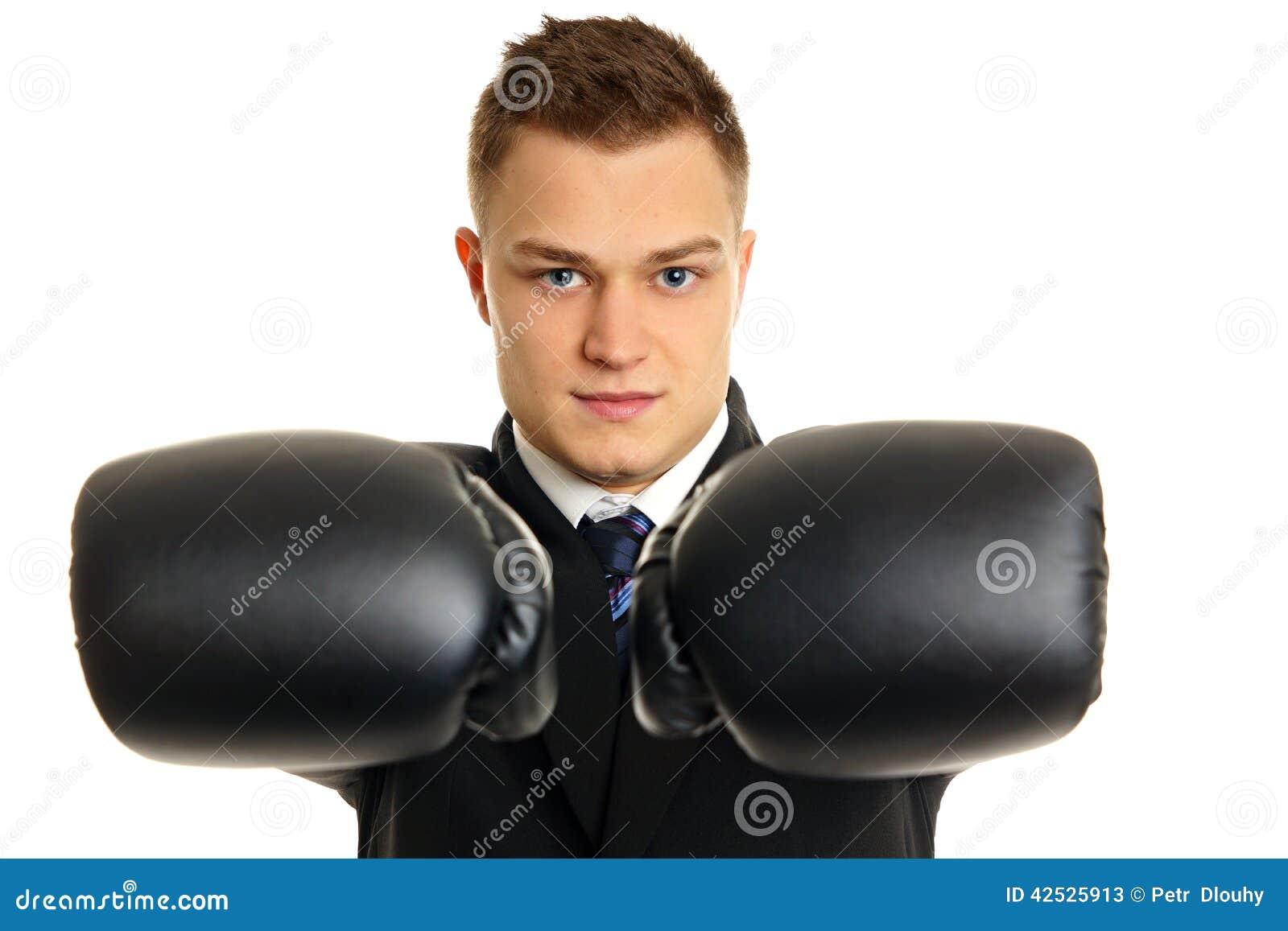 Młody człowiek z bokser rękawiczkami