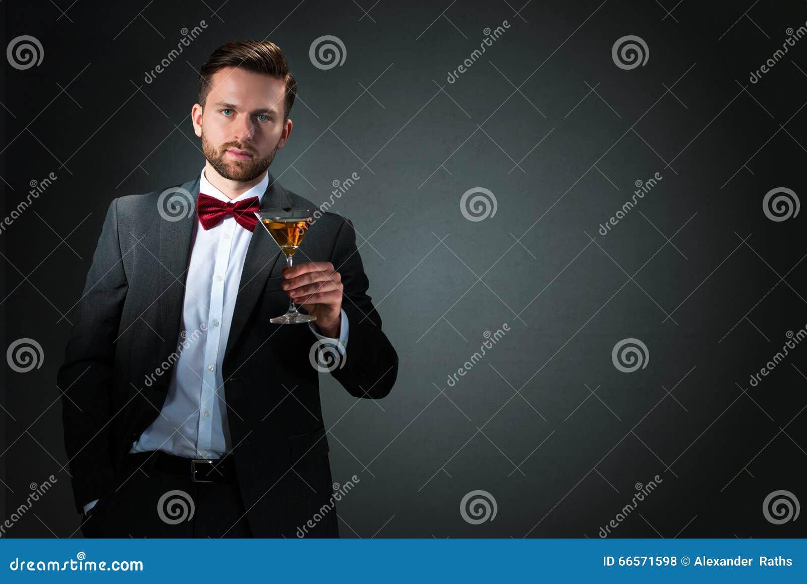 Młody człowiek z koktajlu szkłem