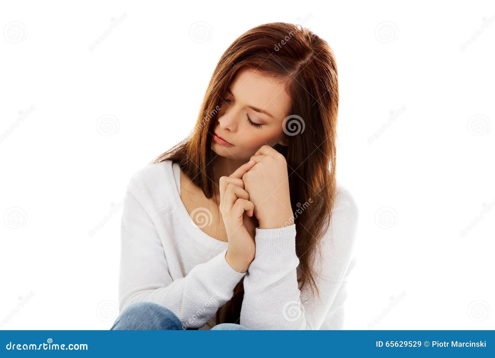 Młody depresji kobiety obsiadanie na podłoga