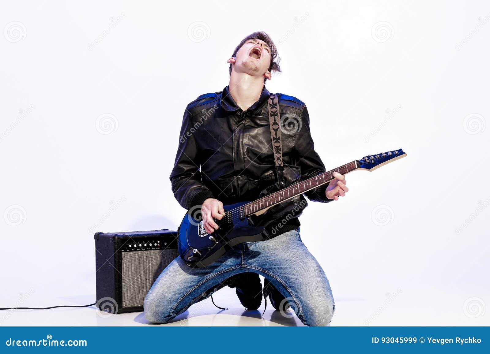 Młody ekspresyjny rockowy muzyk bawić się gitarę elektryczną i śpiew kwiecista grunge mikrofonu ornamentu gwiazda rocka akwarela
