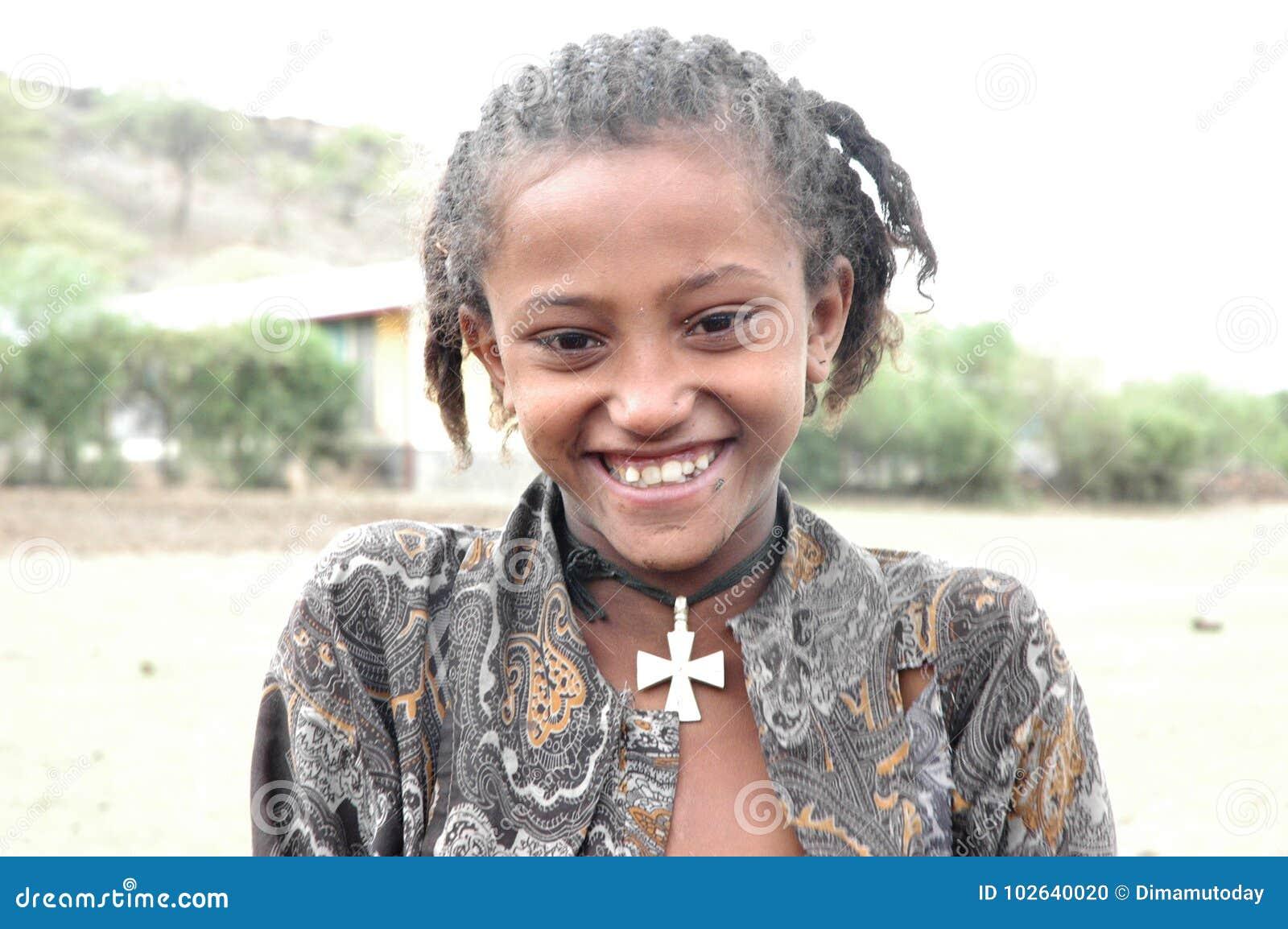 Młody Etiopski dziewczyny ono uśmiecha się