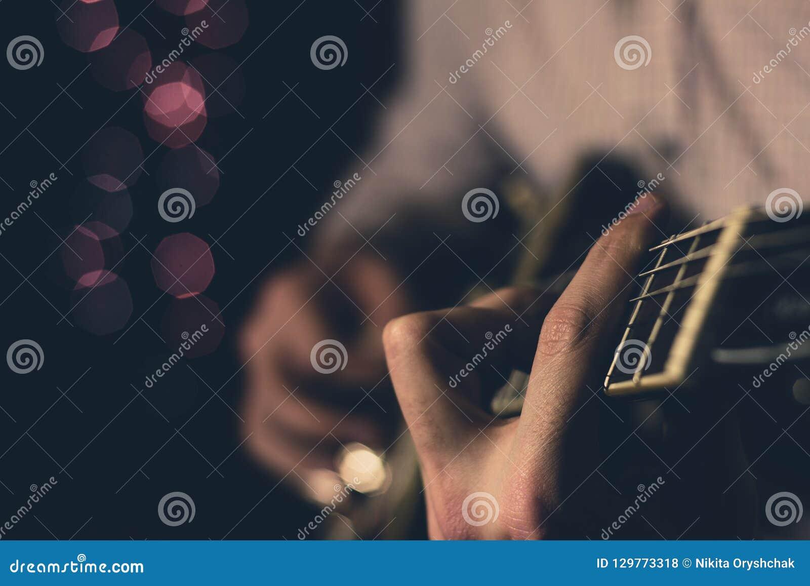 Młody facet bawić się błękity na gitarze elektrycznej Zakończenie