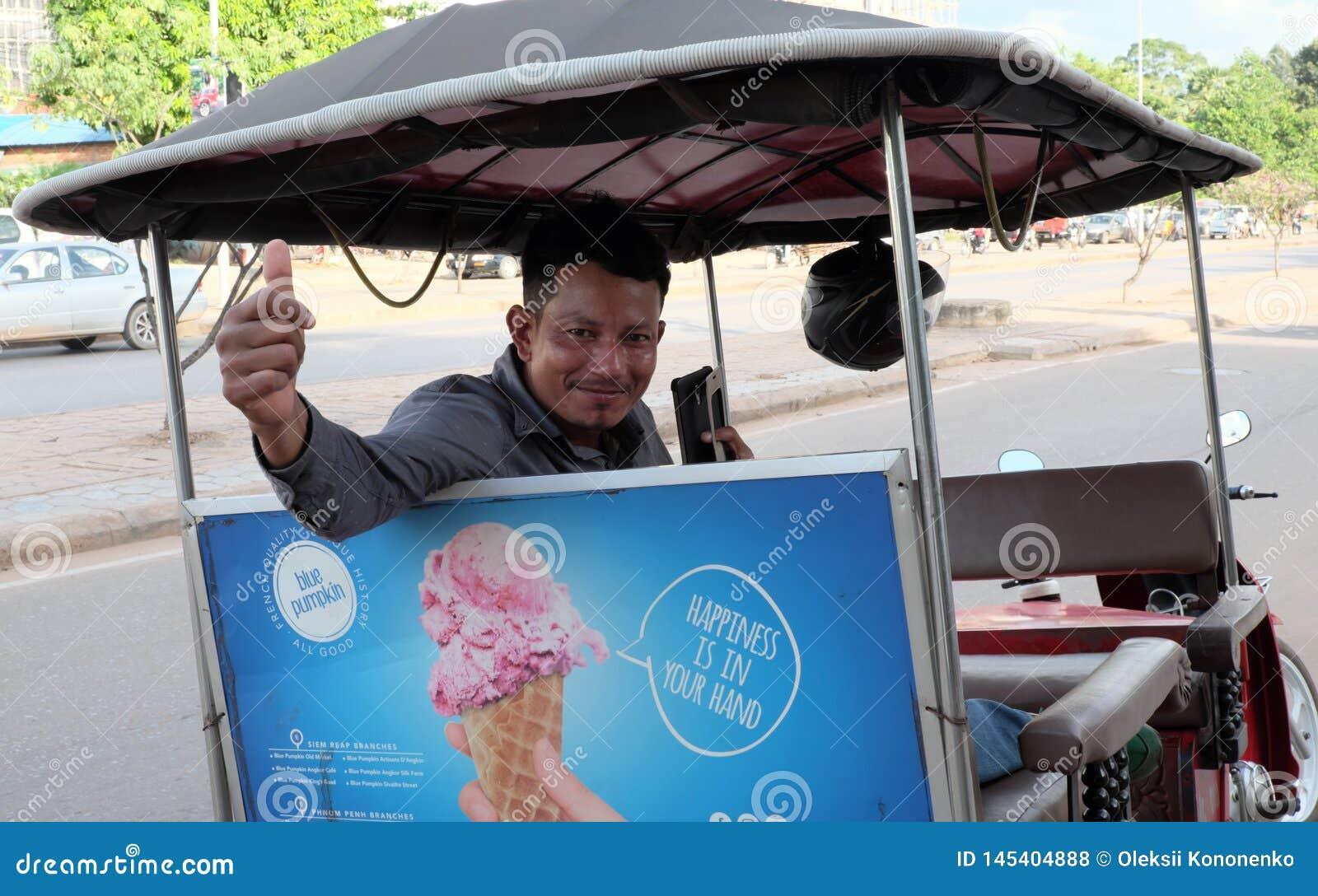 M?ody Khmer taks?wkarz zaprasza turyst?w wykorzystywa? jego us?ugi Kierowca