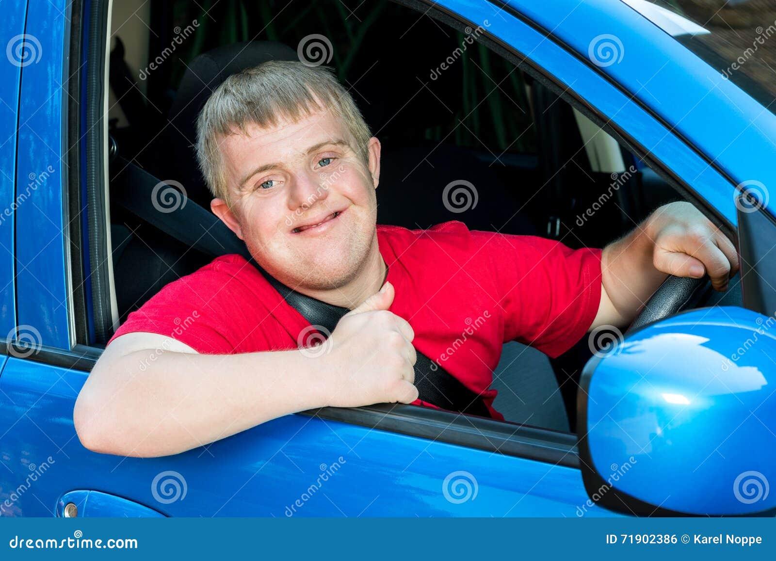Młody kierowca z puszka syndromem w samochodzie T