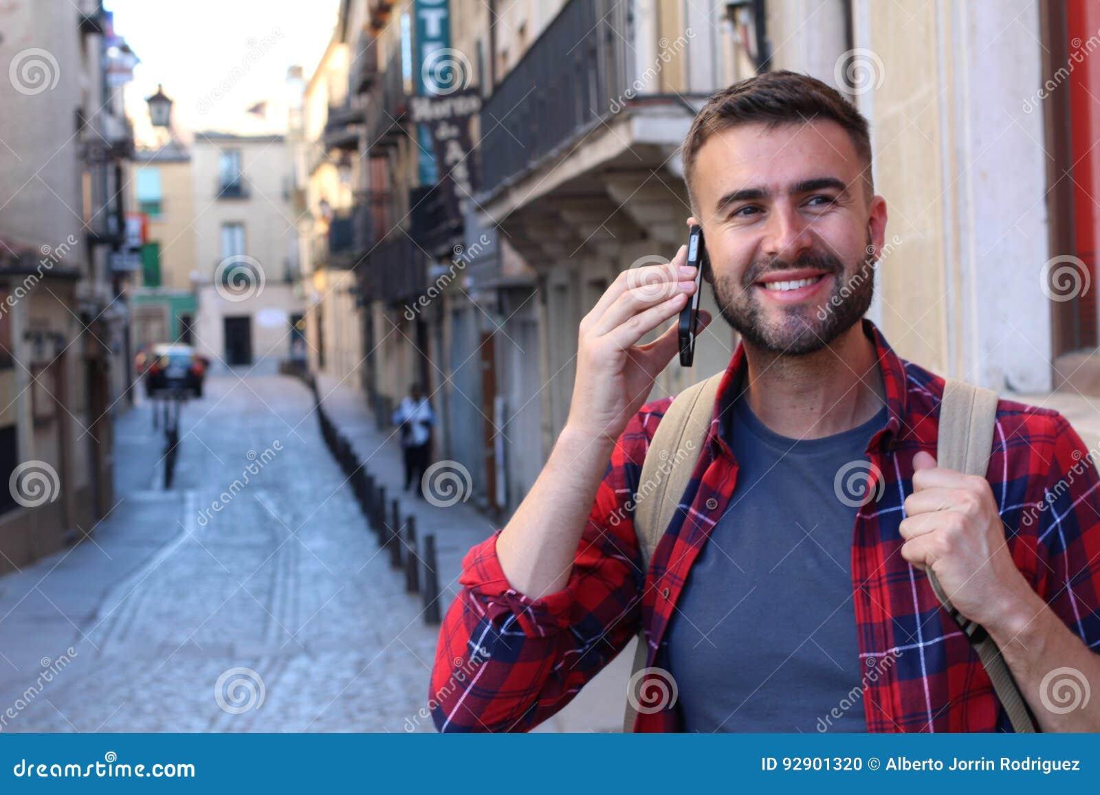 Młody męski dzwonić w ulicie