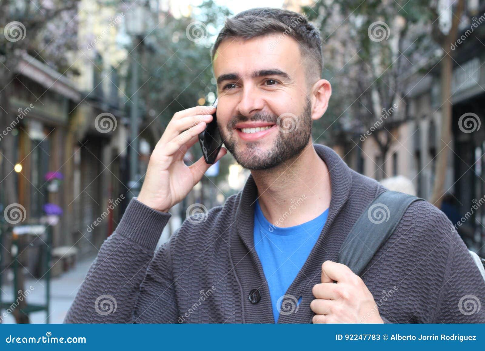 Młody męski dzwonić w ulicie z kopii przestrzenią