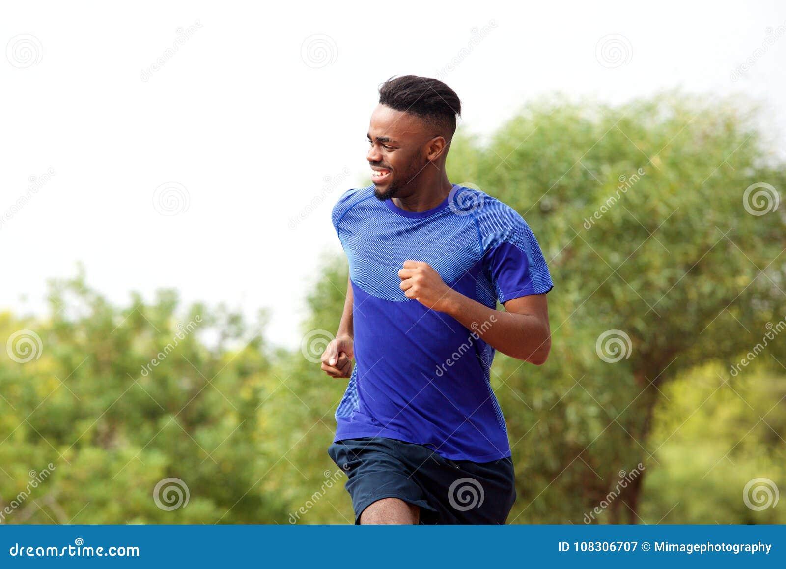 Młody murzyn cieszy się jego biega outside