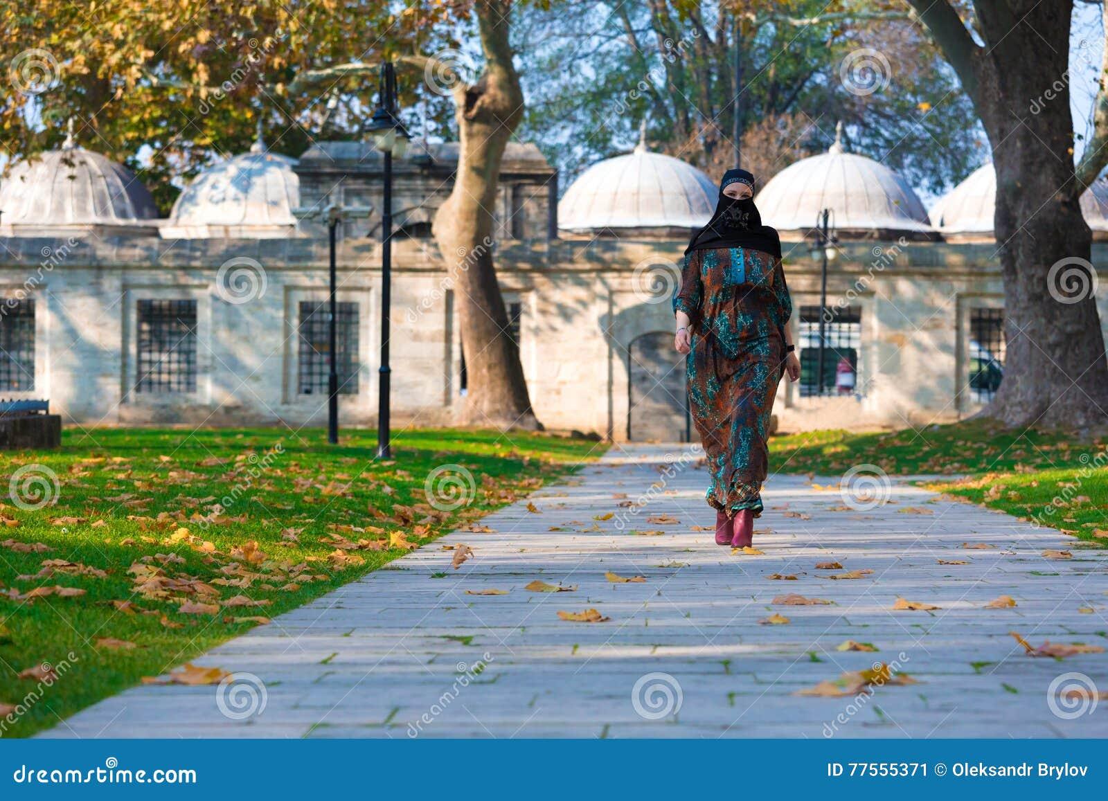 Młody Muzułmański kobiety odprowadzenie w parku