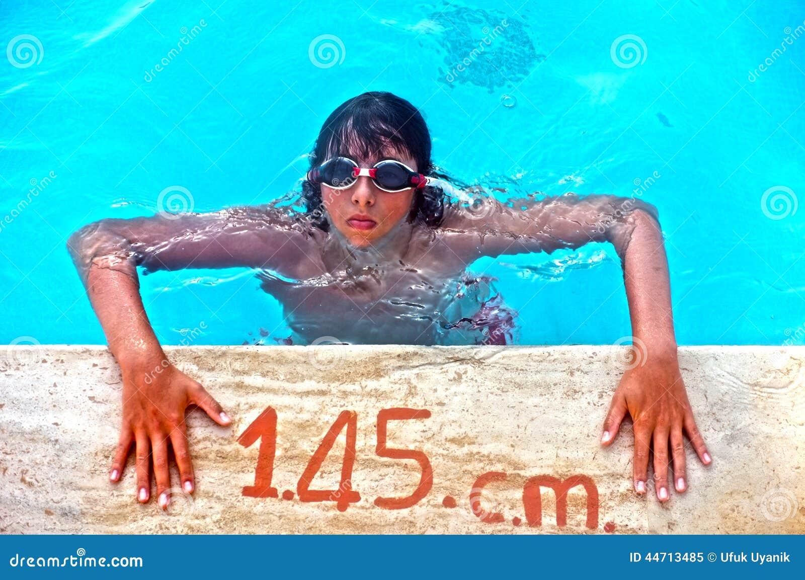 Młody nastoletni chłopak na poolside