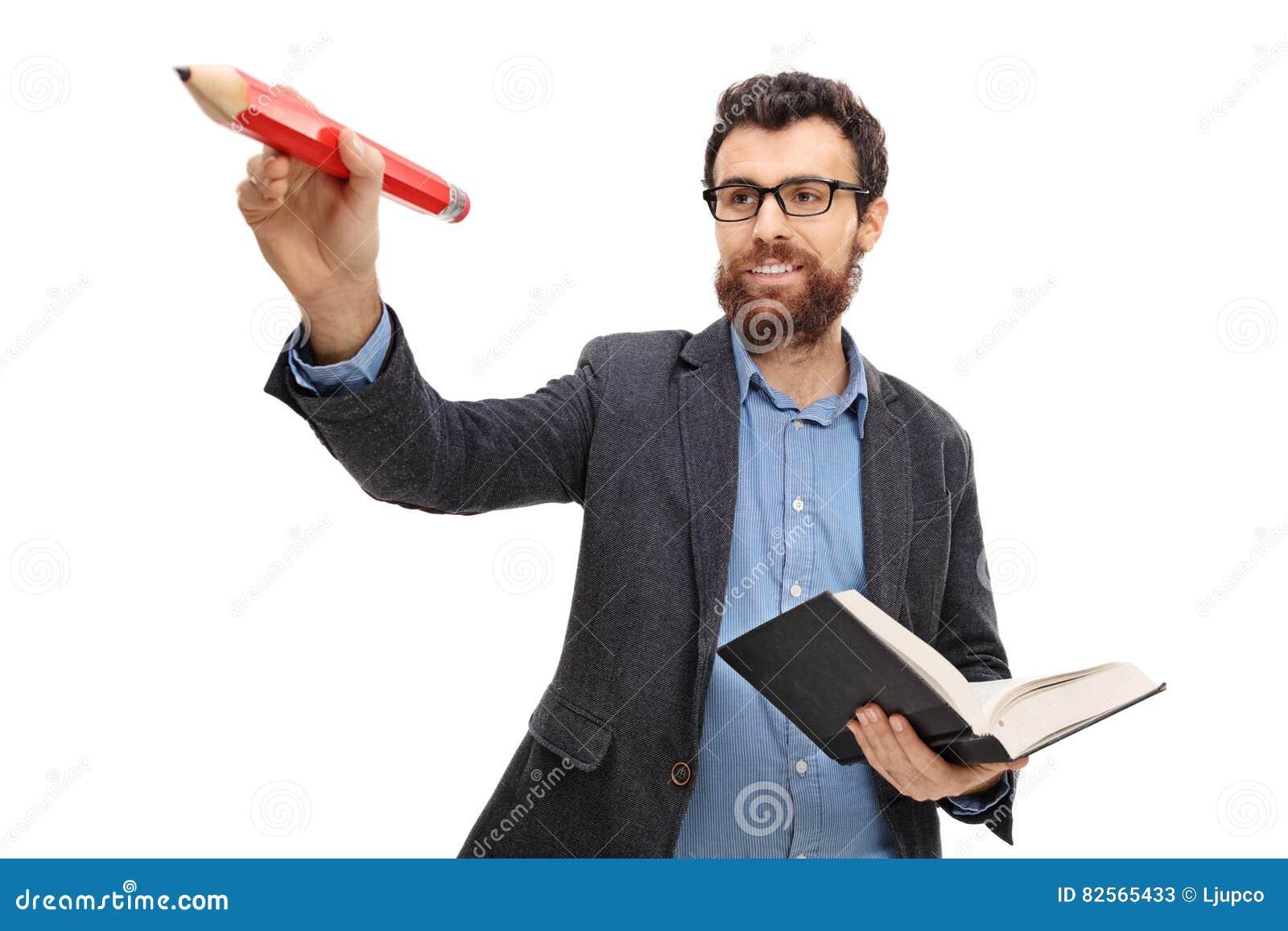Młody nauczyciela writing z mieniem i ołówkiem książka