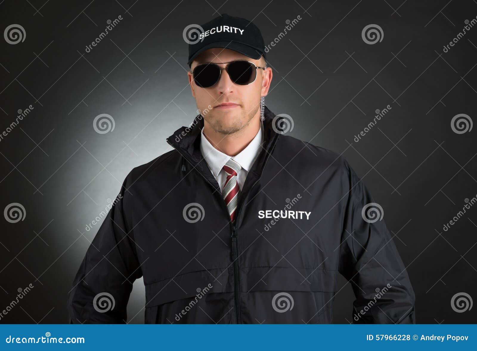 Młody ochroniarz W mundurze