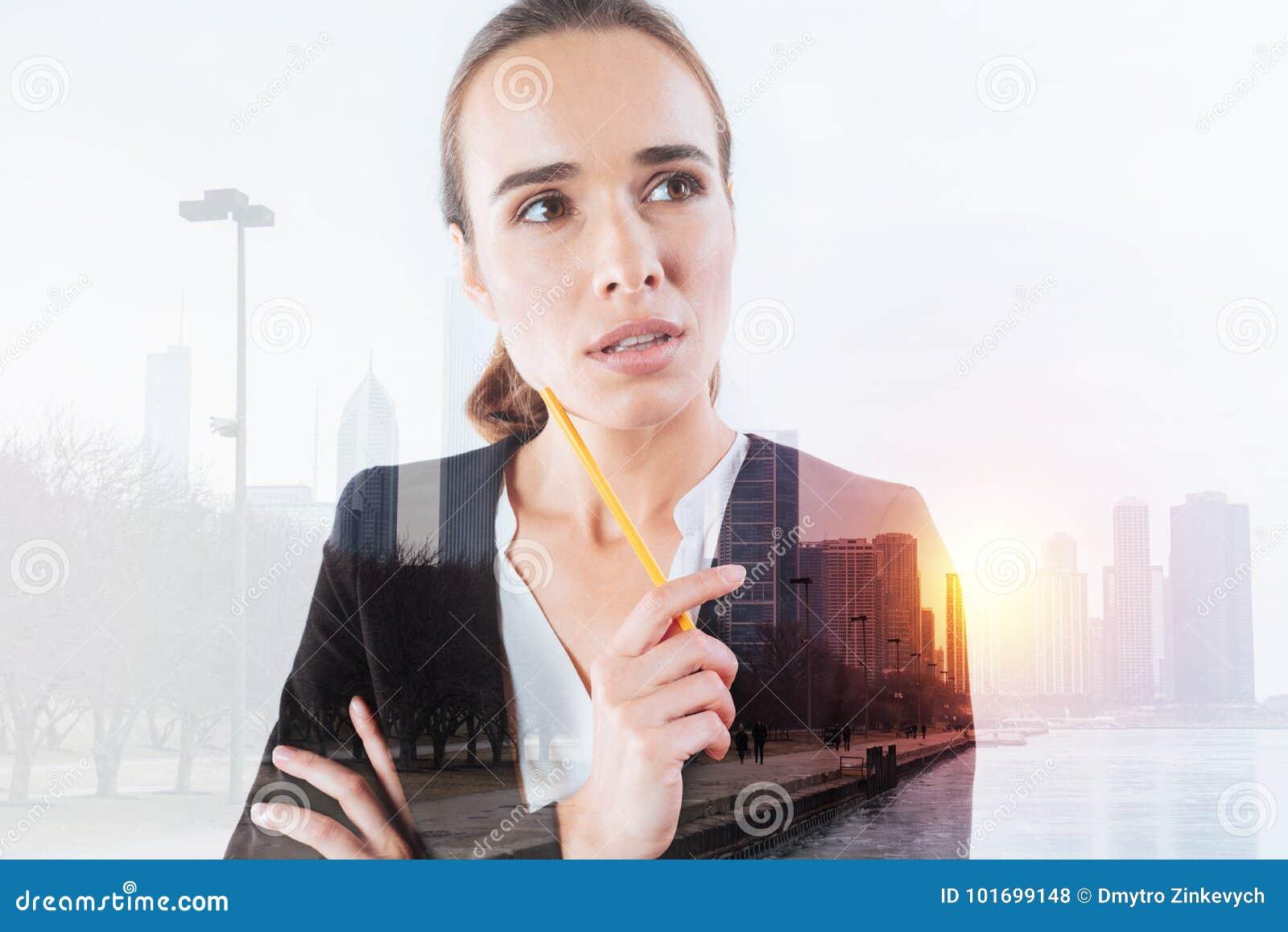Młody odpowiedzialny pracownik patrzeje rozważny