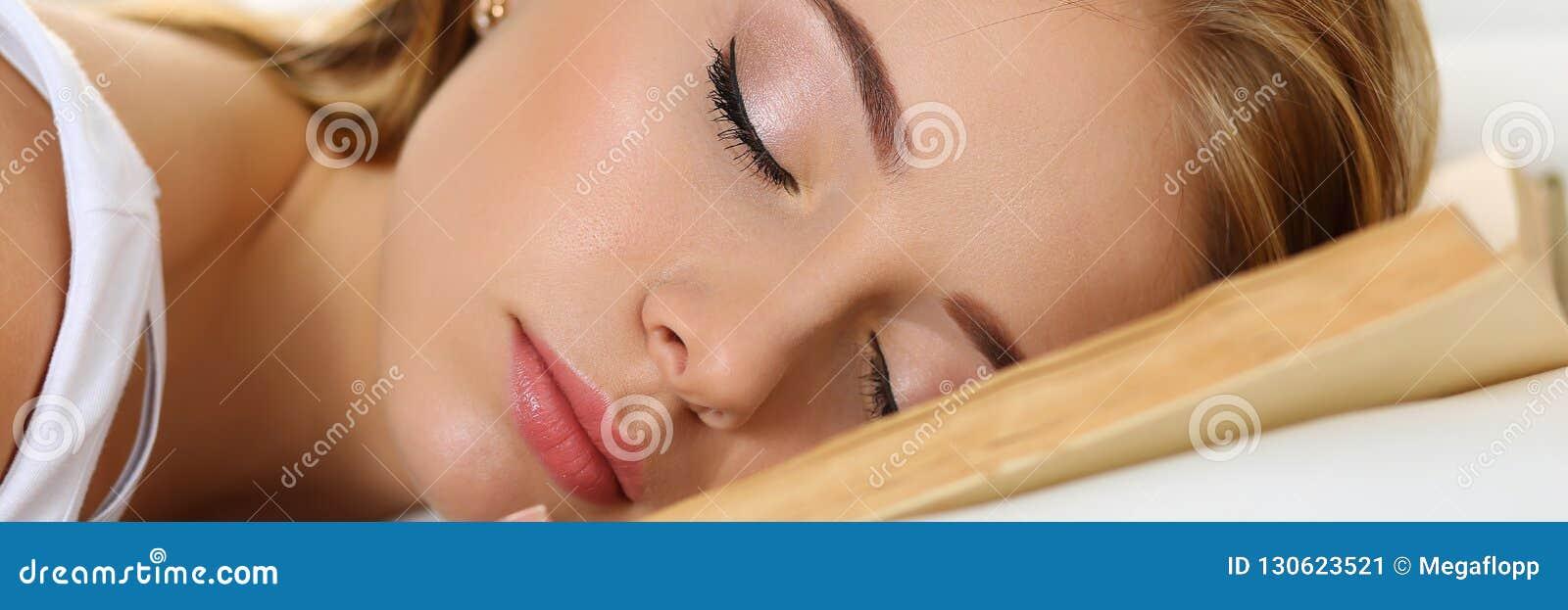 Młody piękny blondynki kobiety portreta lying on the beach w łóżku