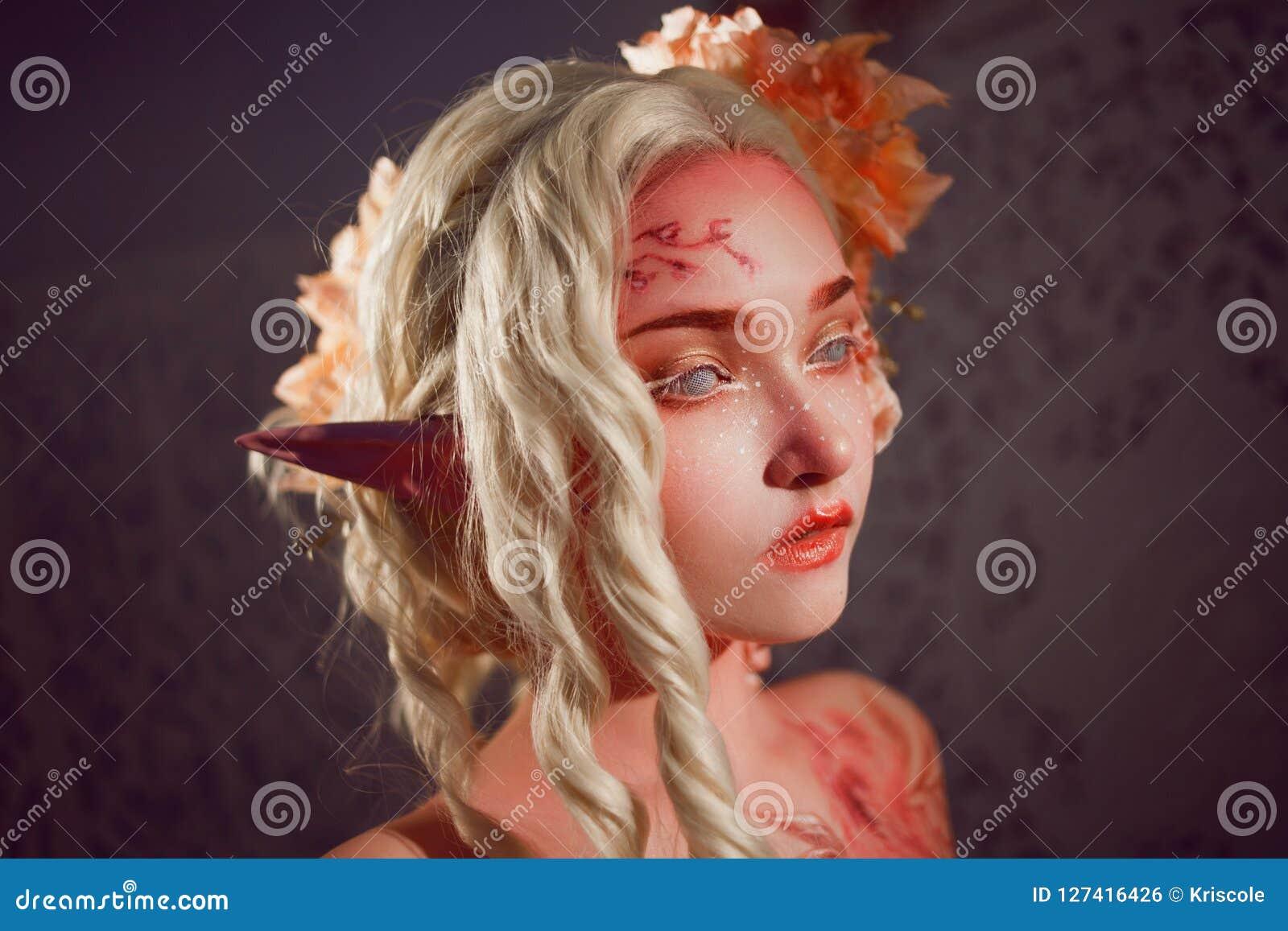 Młody piękny dziewczyna elf Kreatywnie bodyart i makijaż