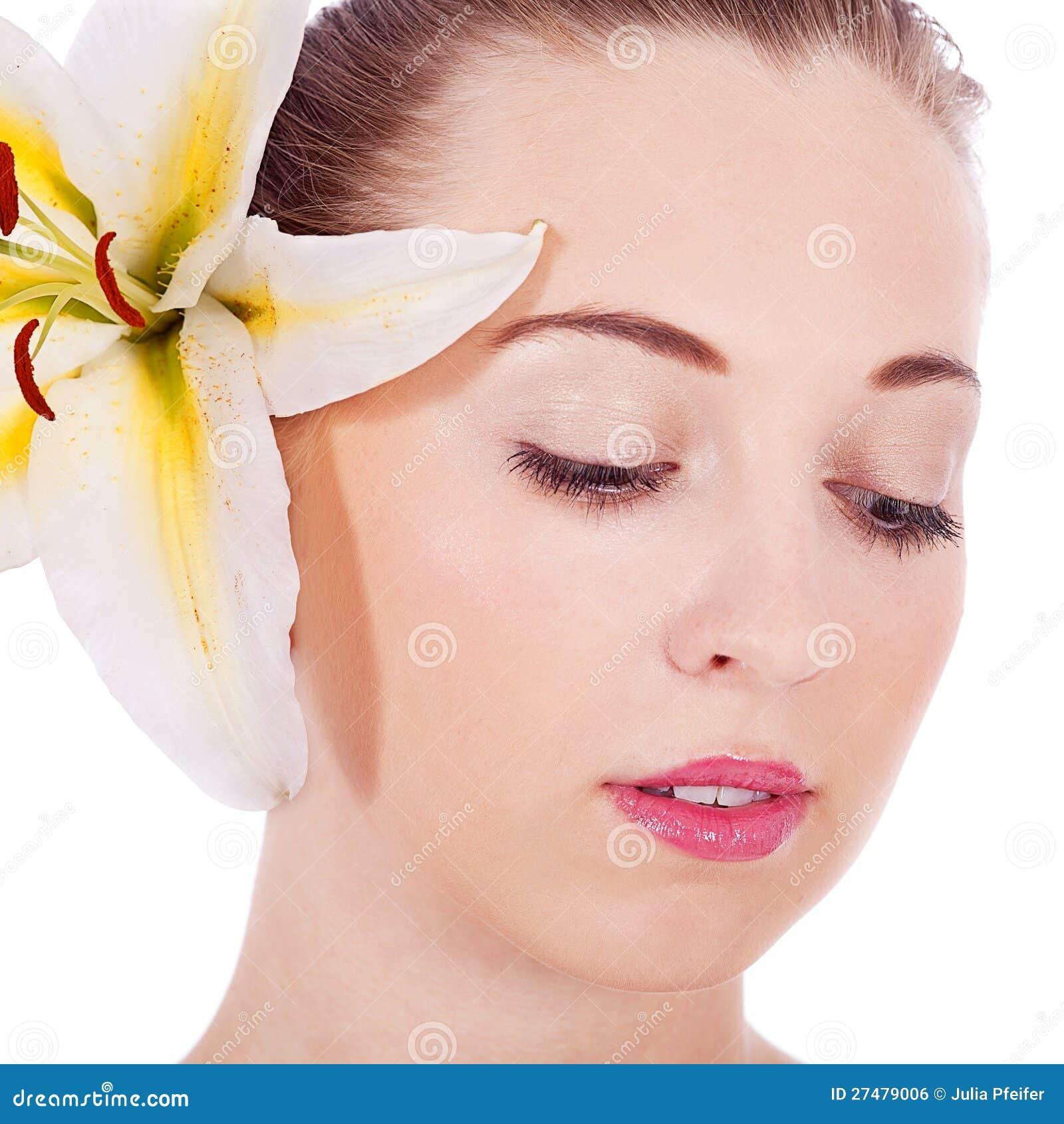 Młody piękny kobieta portret z białym kwiatem