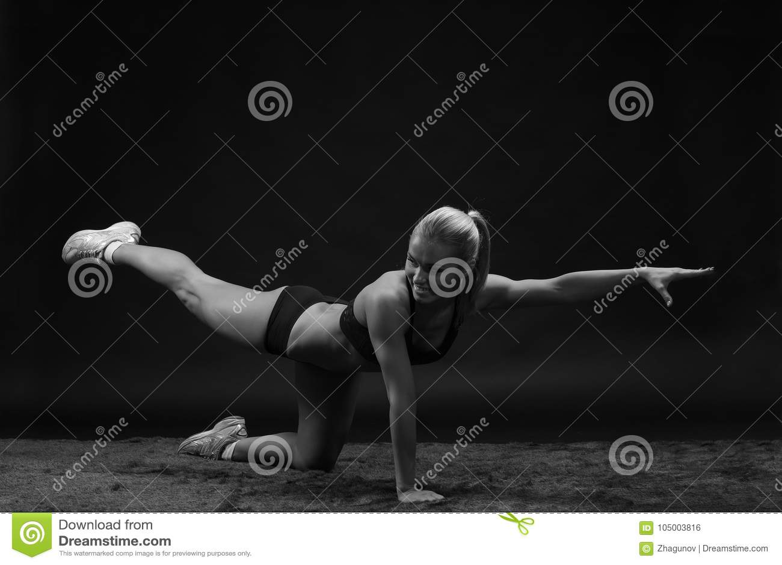 Młody piękny sporty kobieta napadu sportsmenki rozciąganie