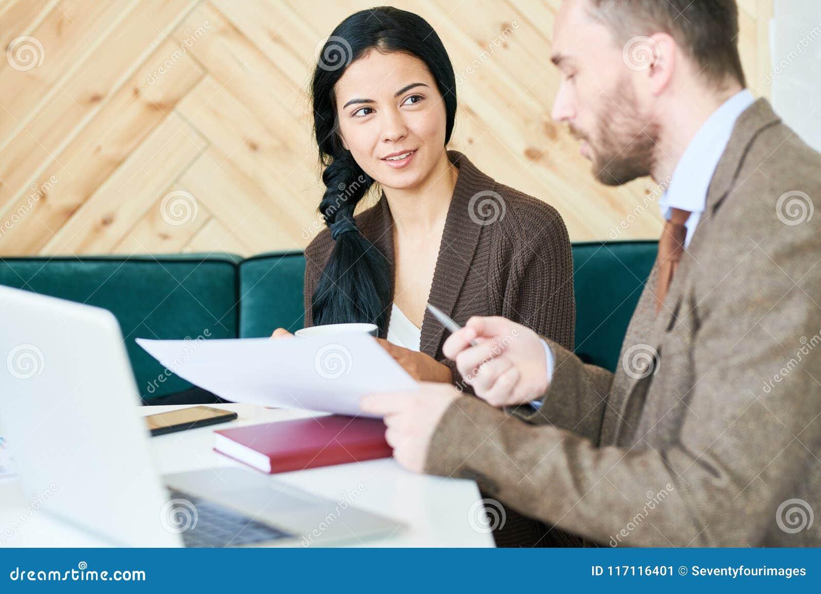 Młody Pomyślny bizneswoman Przedstawia projekt