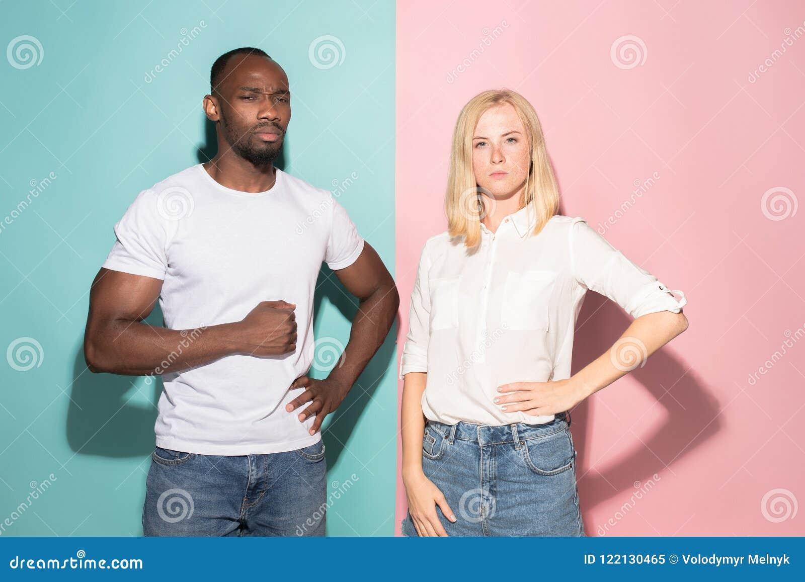 Młody poważny rozważny biznesmen i kobieta Wątpliwości pojęcie