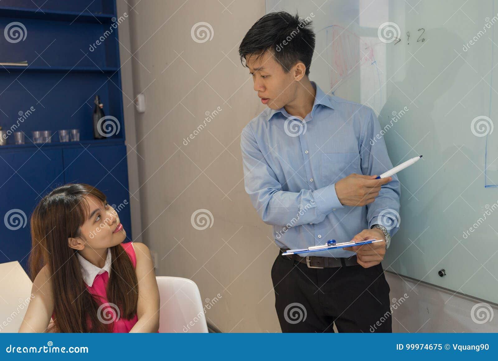Młody pracownik słucha dyrygować z koncentracją