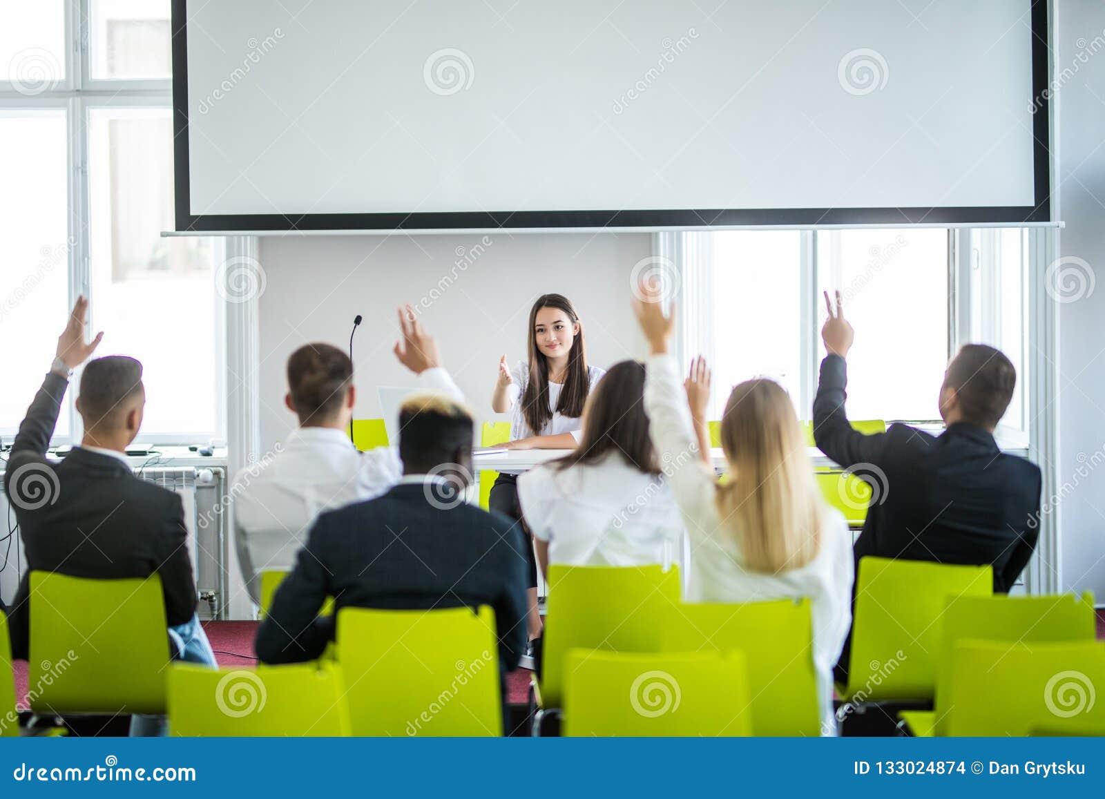 Młody przypadkowy Azjatycki bizneswomanu lider robi prezentacji i pyta dla opinii w spotkaniu biznes przewodniczy konferencyjnego
