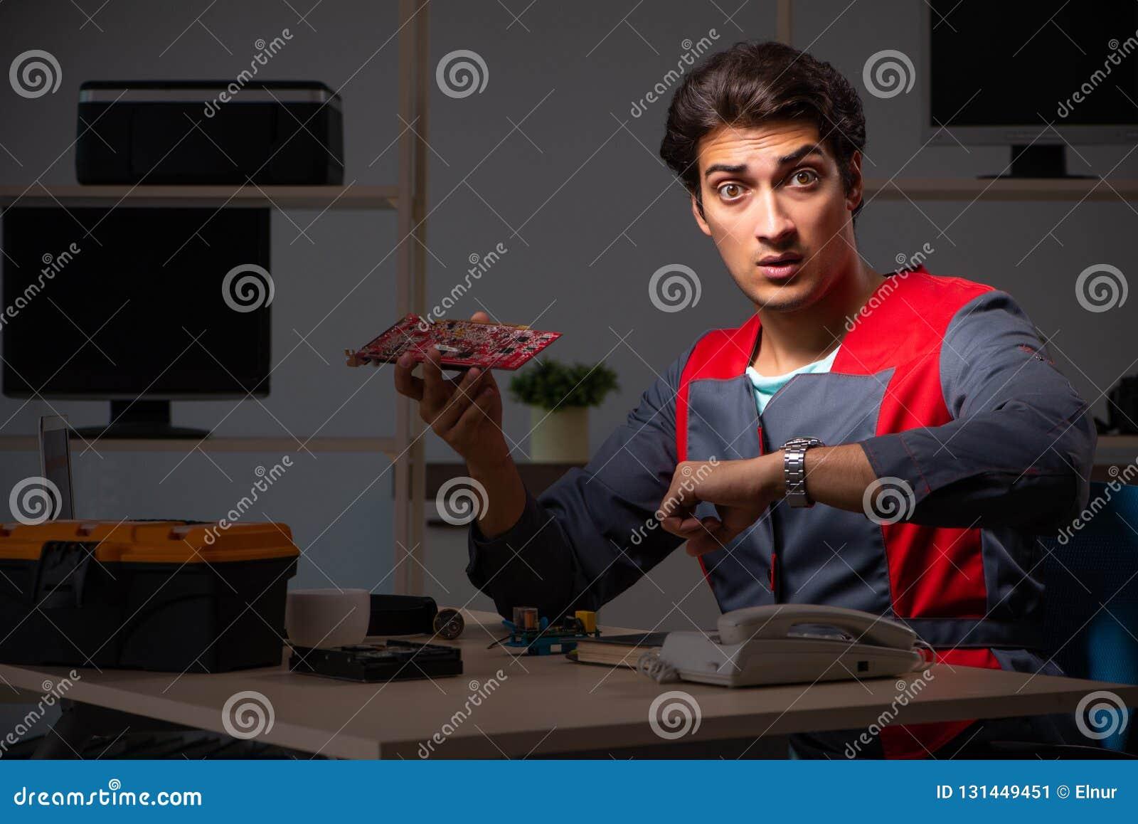 Młody przystojny repairman naprawiania komputer