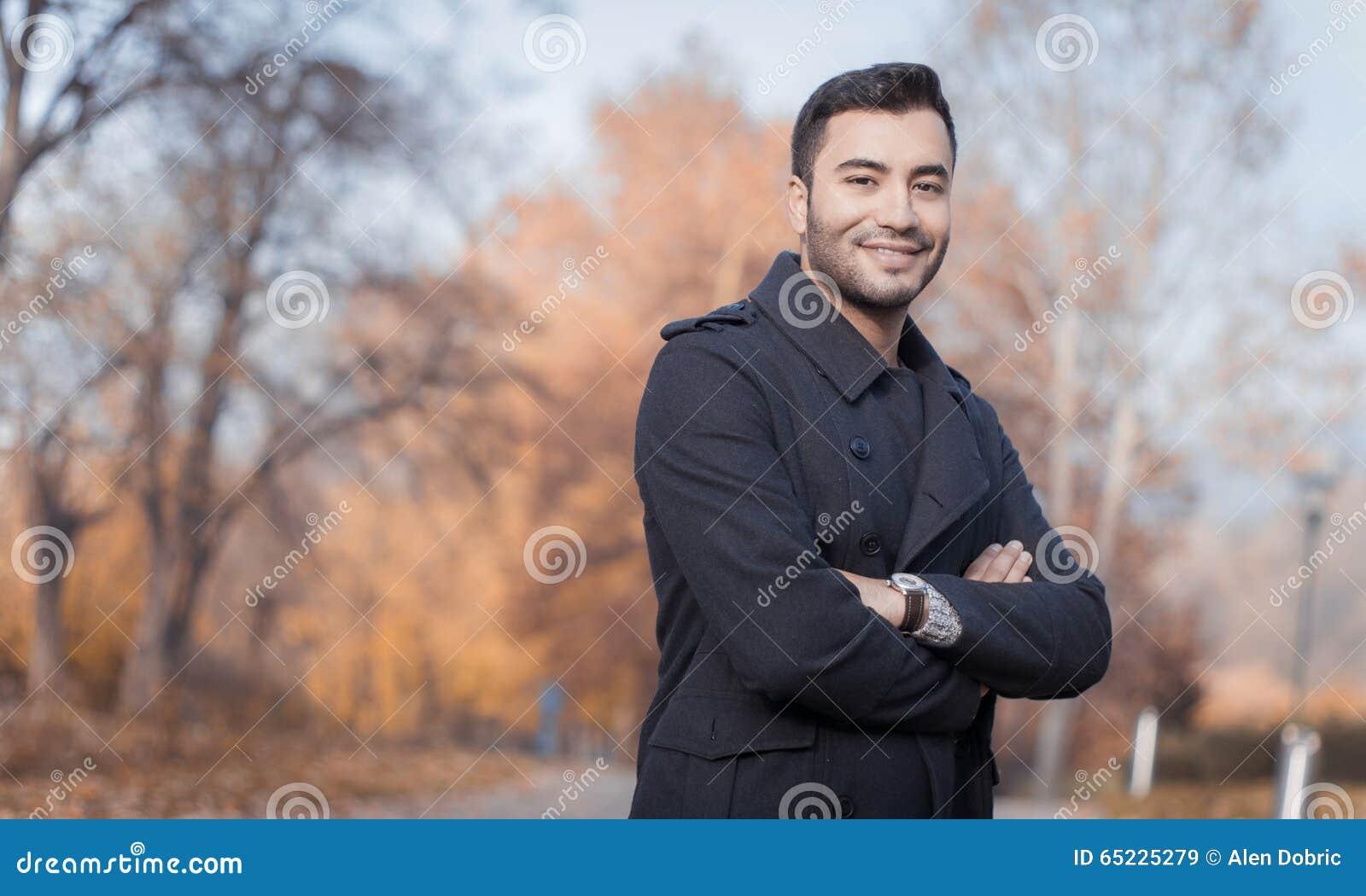 Młody przystojny uśmiechu mężczyzna