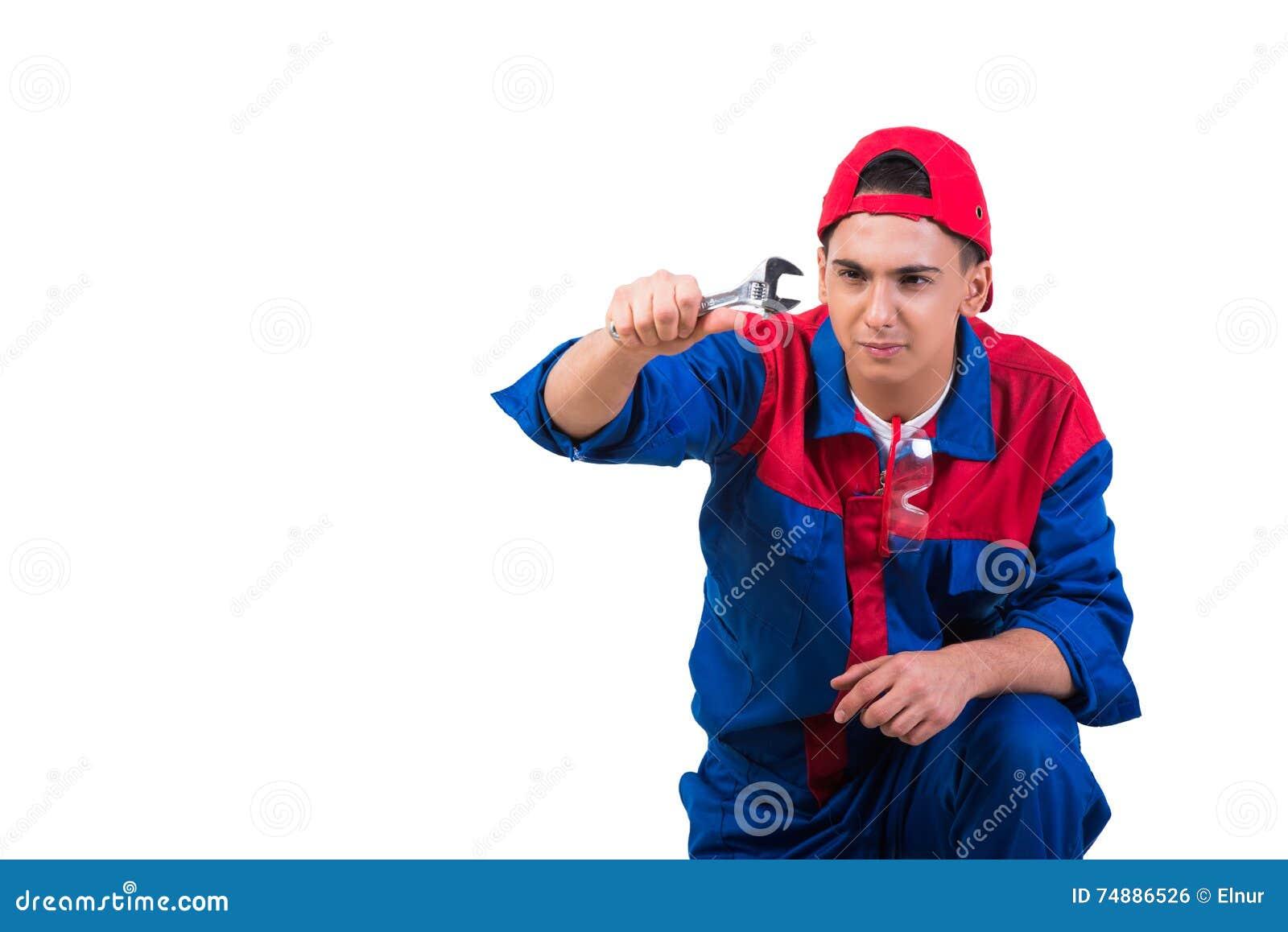 Młody repairman z wyrwania spanner odizolowywającym na bielu