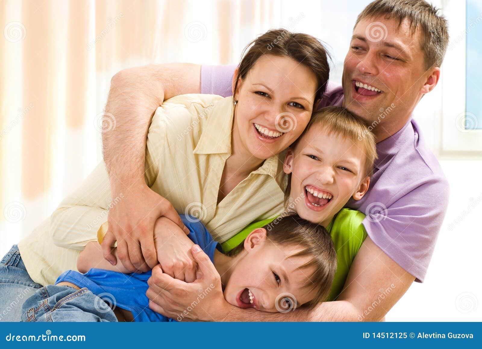 Młody rodzinny bawić się zabawy