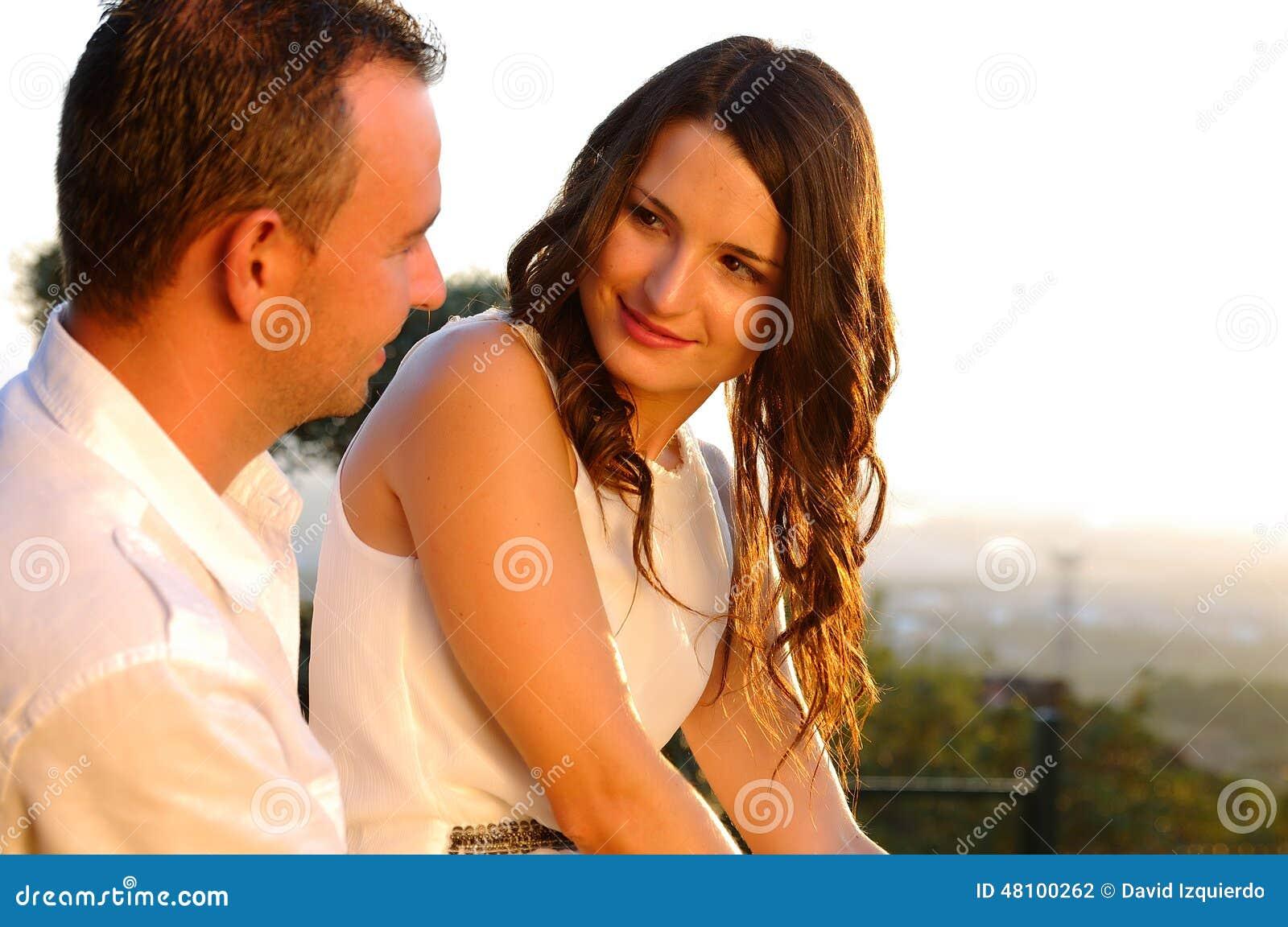 Młody romantyczny para kontakt wzrokowy przy zmierzchem