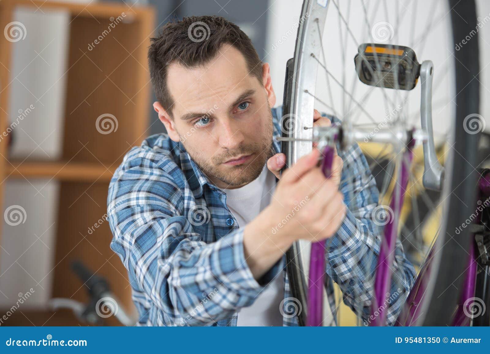 Młody rowerowy technik przystosowywa promienie na kole