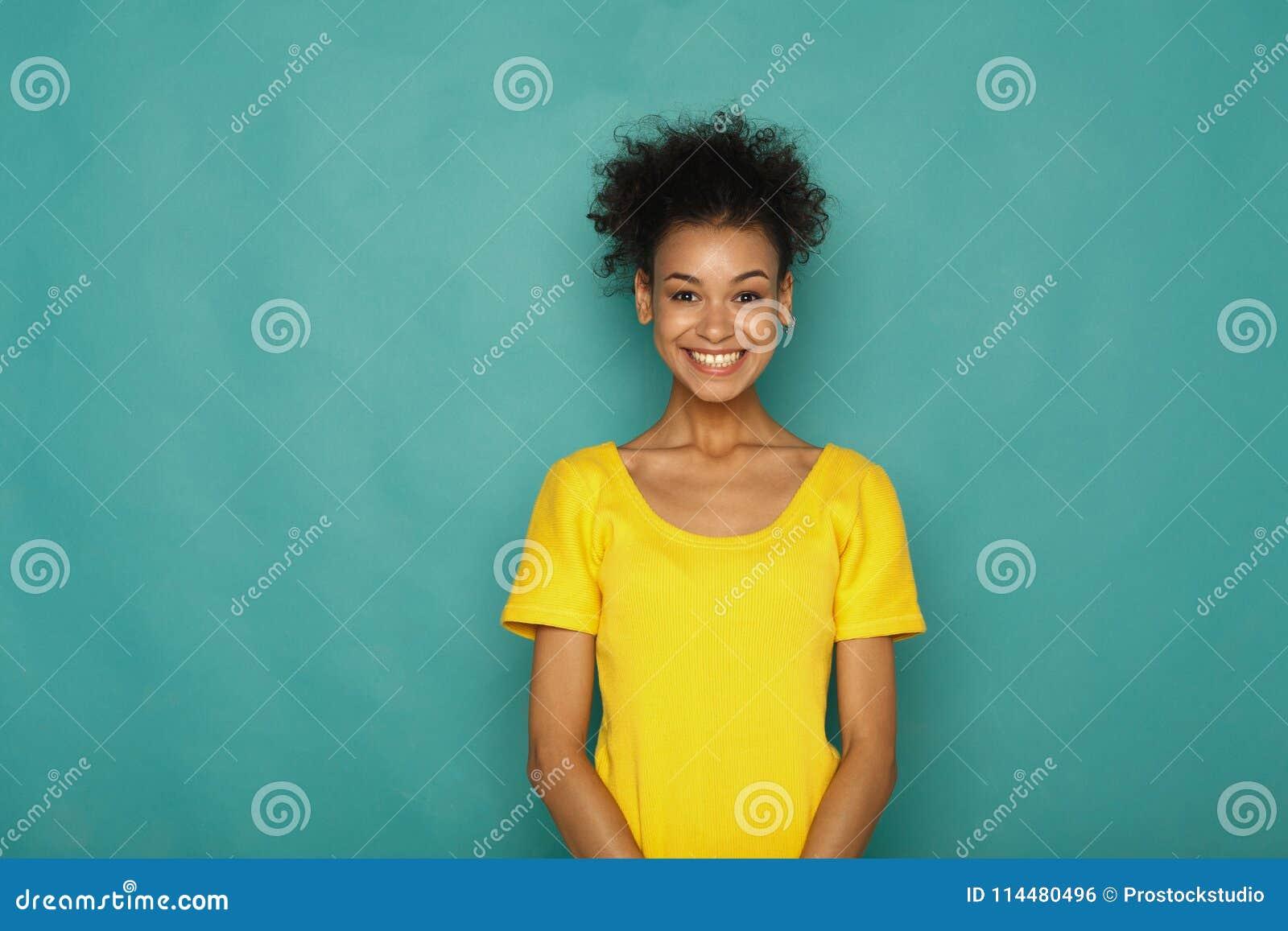 Młody roześmiany atrakcyjny kobieta portret