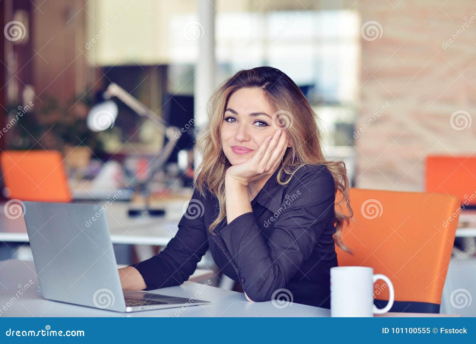 Młody ruchliwie piękny łaciński biznesowej kobiety cierpienia stres pracuje przy biurowym komputerem