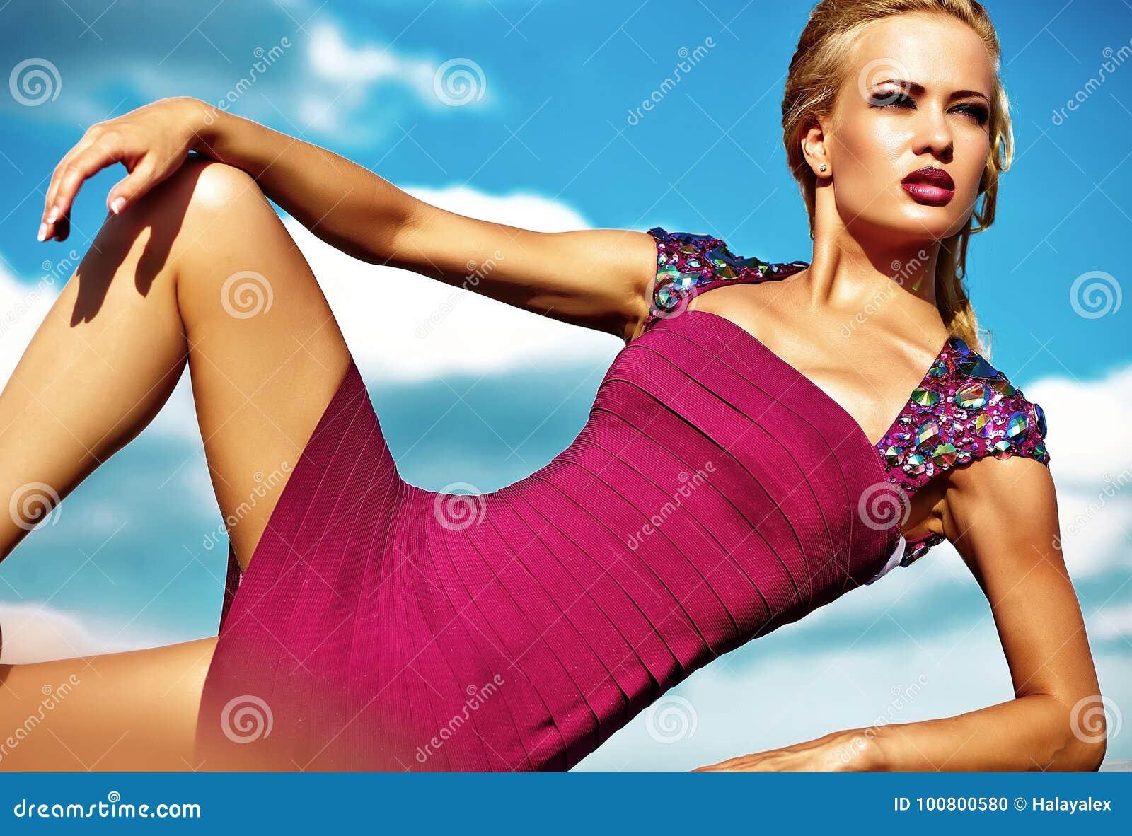 Młody seksowny blond kobieta model w wieczór sukni