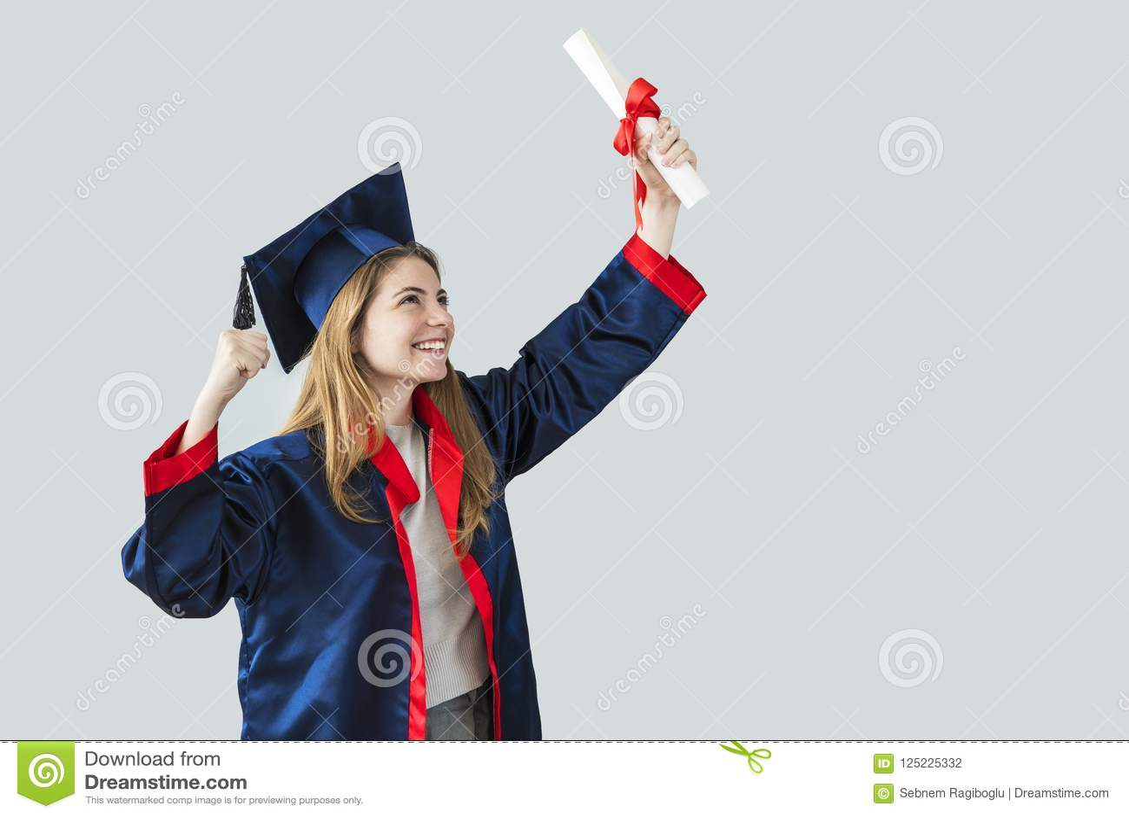 Młody studencki kończyć studia od uniwersyteta