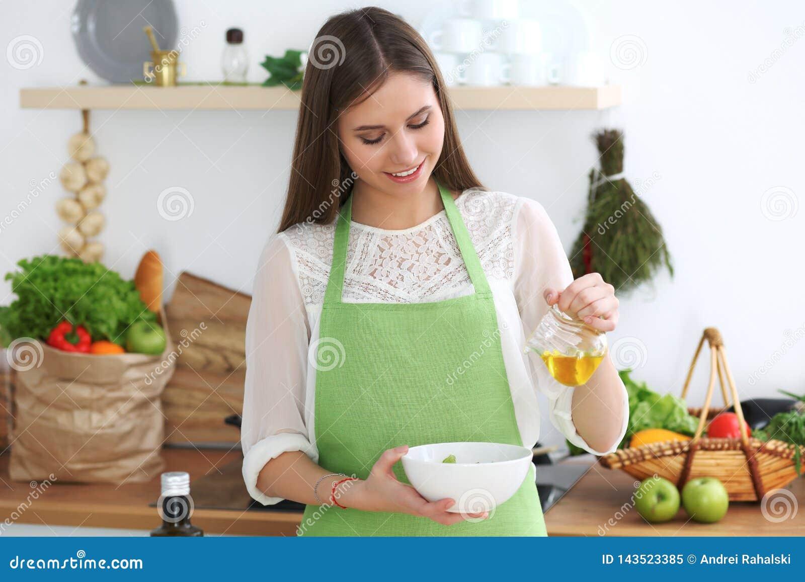 Młody szczęśliwy kobiety kucharstwo w kuchni Zdrowy posiłek, styl życia i kulinarni pojęcia, Dzień dobry zaczyna z świeżym