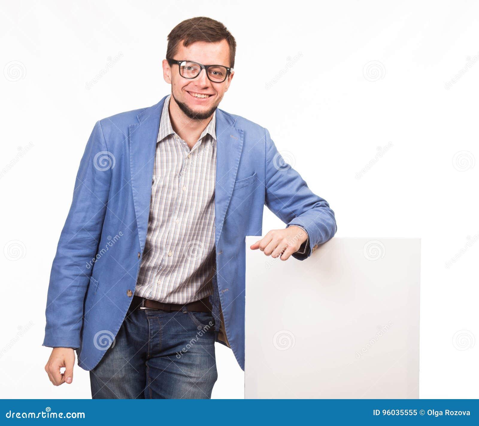 Młody szczęśliwy mężczyzna pokazuje prezentację, wskazuje na plakacie