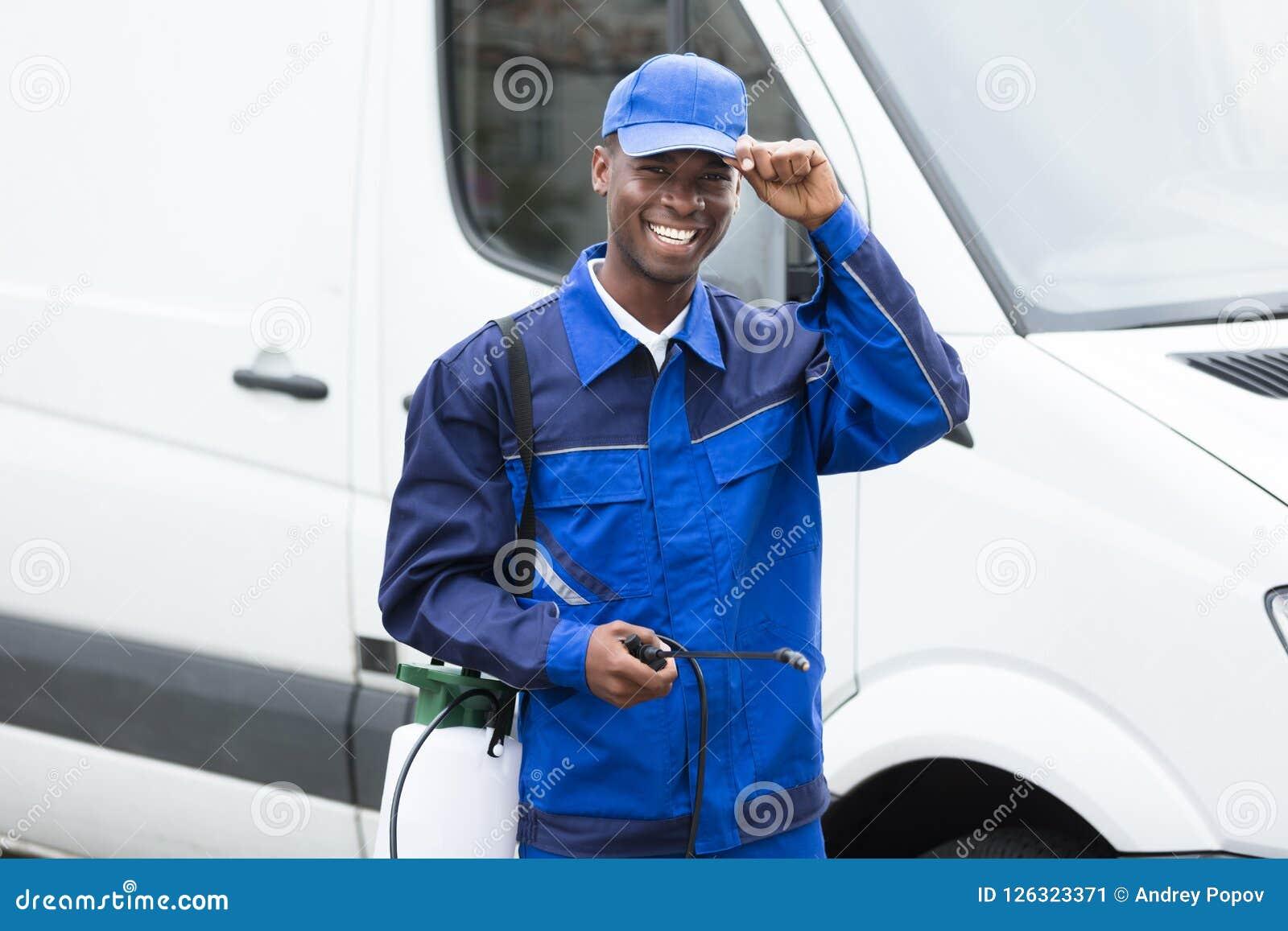 Młody Uśmiechnięty Męski pracownik Z pestycyd natryskownicą